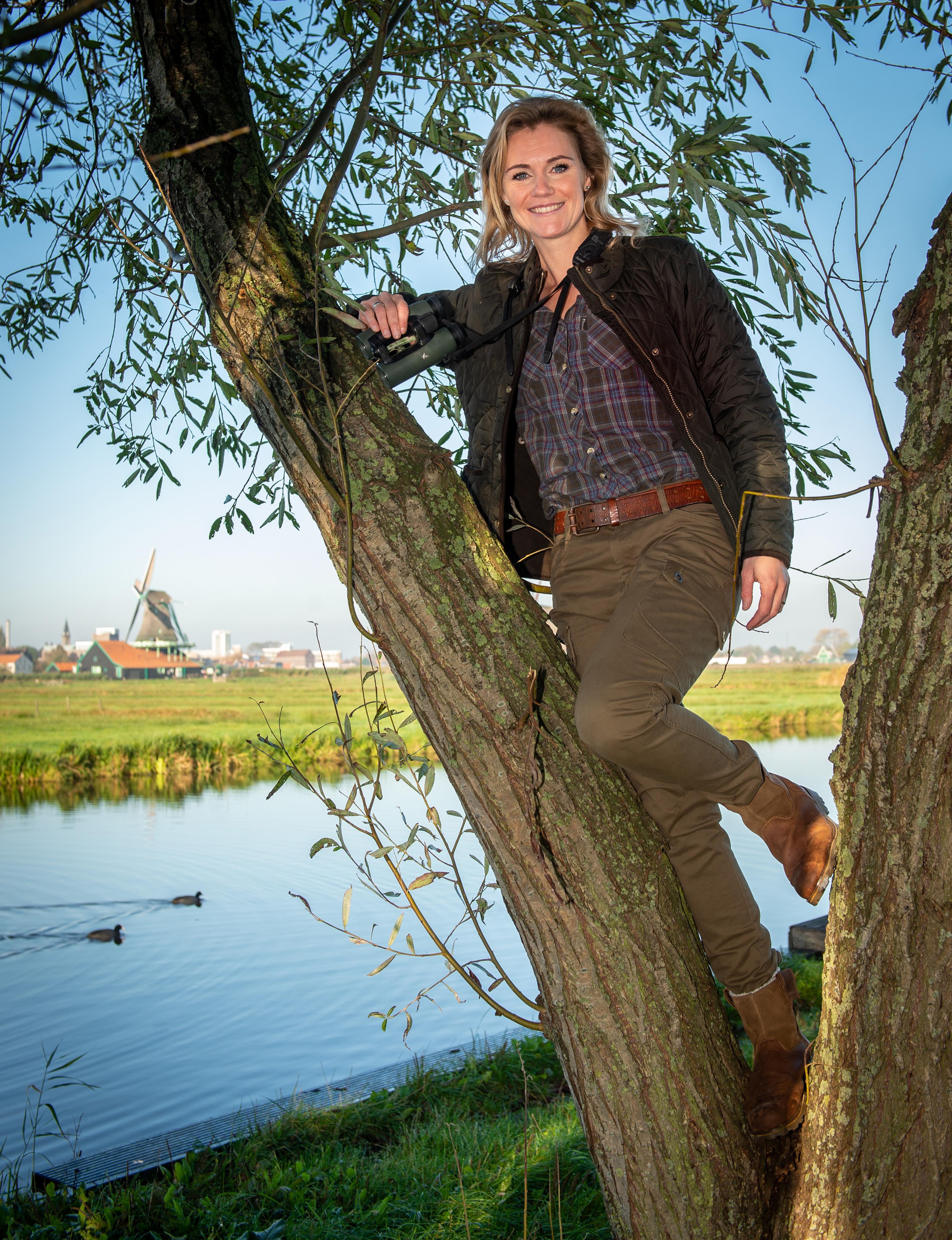 Boswachter Hanne Tersmette snuift graag de cacaolucht van de Zaanstreek op en verlangt soms naar lange polderwegen