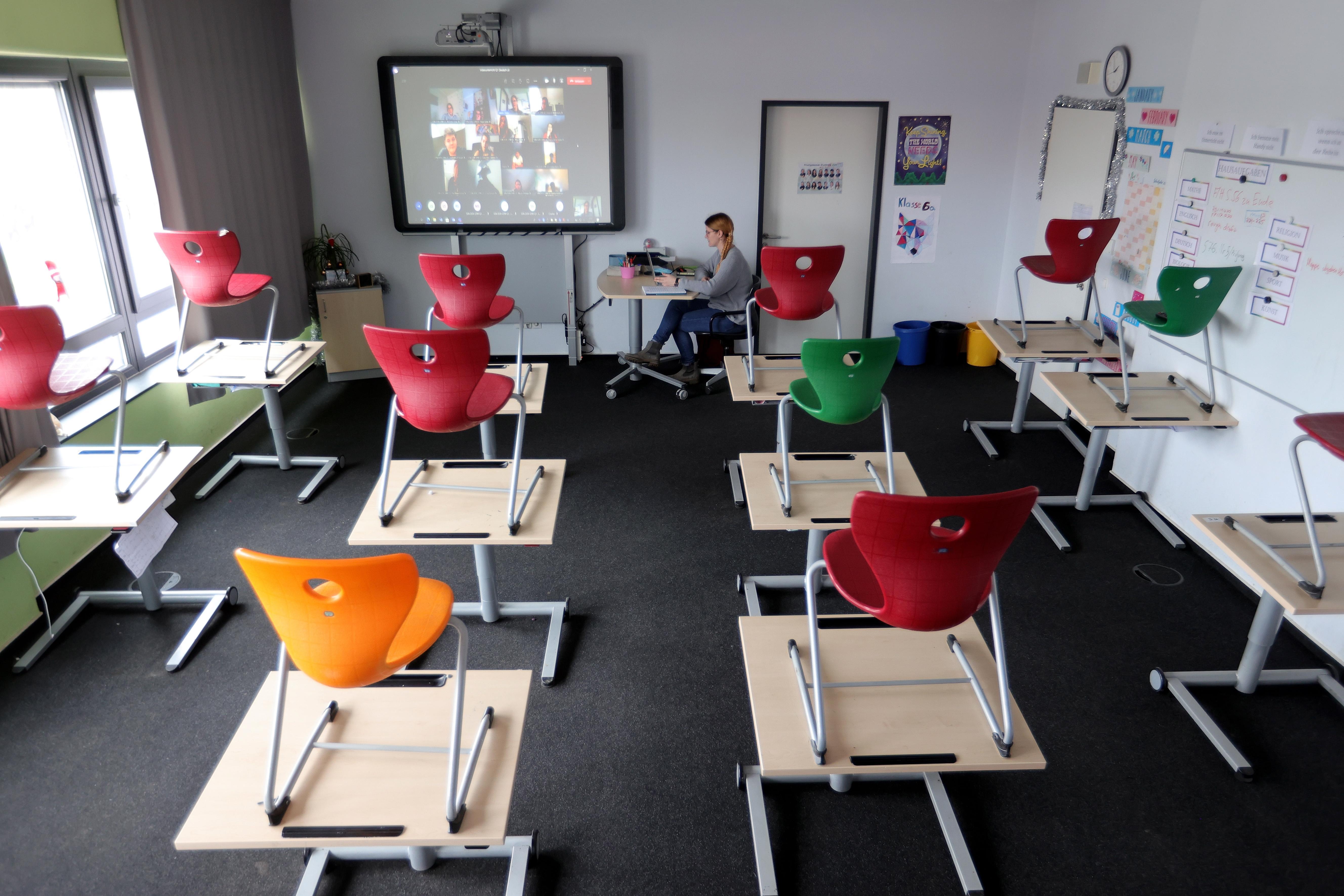 Niemand wil een avondklok, maar zonder dalende cijfers kunnen de scholen niet open | commentaar