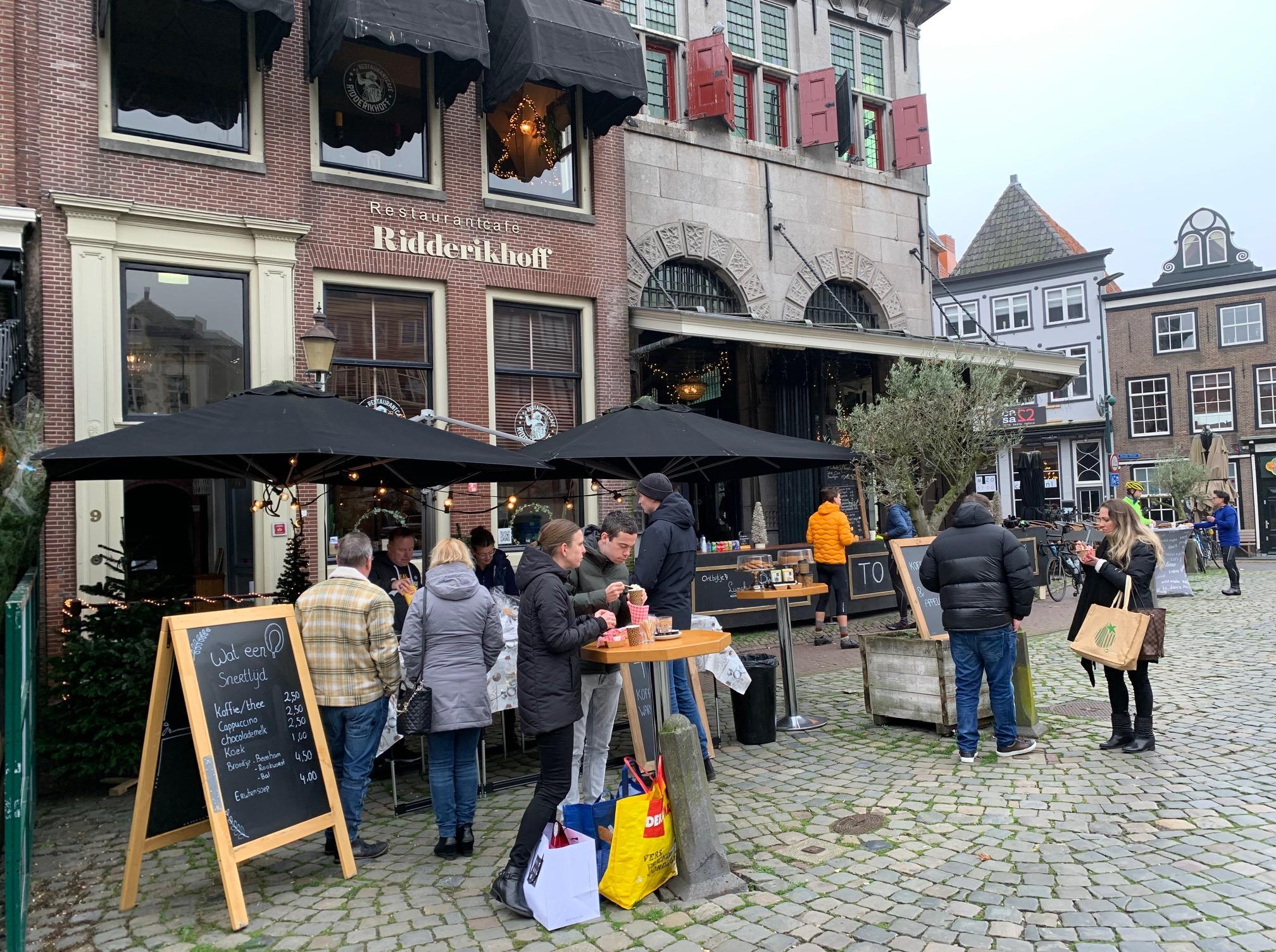 'De helft van de horeca is failliet'. Frank Wiese, eigenaar van zeven zaken in Hoorn, weet niet of hij het volhoudt. 'Het is niet te doen. Intussen zijn sportscholen, de Ikea en de Efteling wel gewoon open'