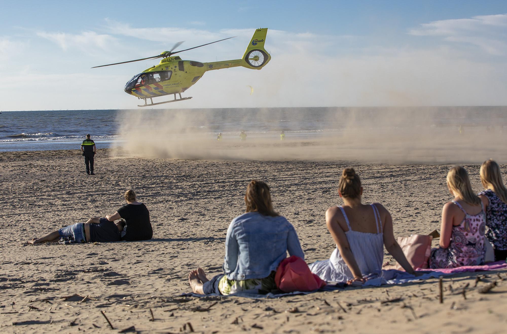 Grote zoekactie in zee bij Zandvoort, traumahelikopter geland