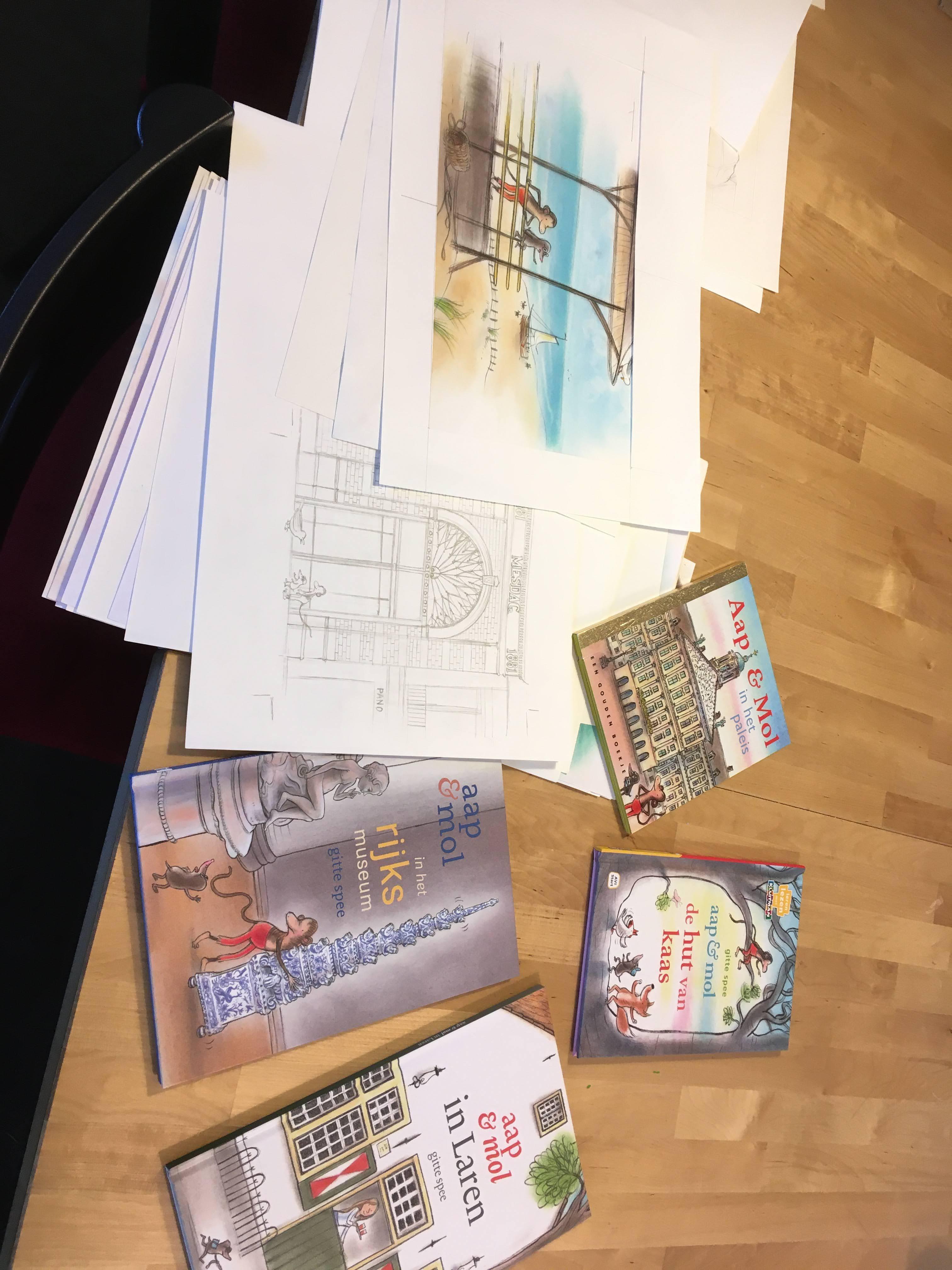 """Larense Gitte Spee maakt nieuwe versie van kinderboek Aap en Mol in Laren en is daarmee nog lang niet klaar. ,,Zonder tekenen word ik depressief. De karakters zijn ook een beetje mijn alter-ego's. Ik blijf het doen zolang ik het kan."""""""