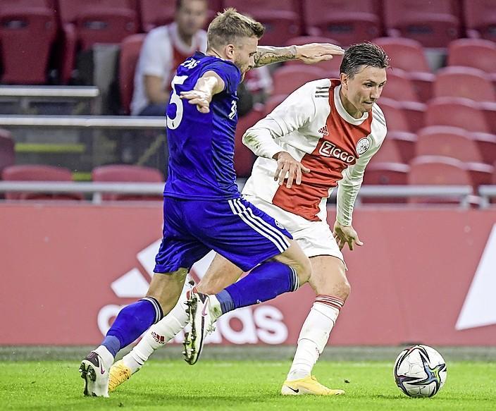 Supporters Ajax geven Steven Berghuis een warm welkom. Fans op de banken na crosspass over zestig meter