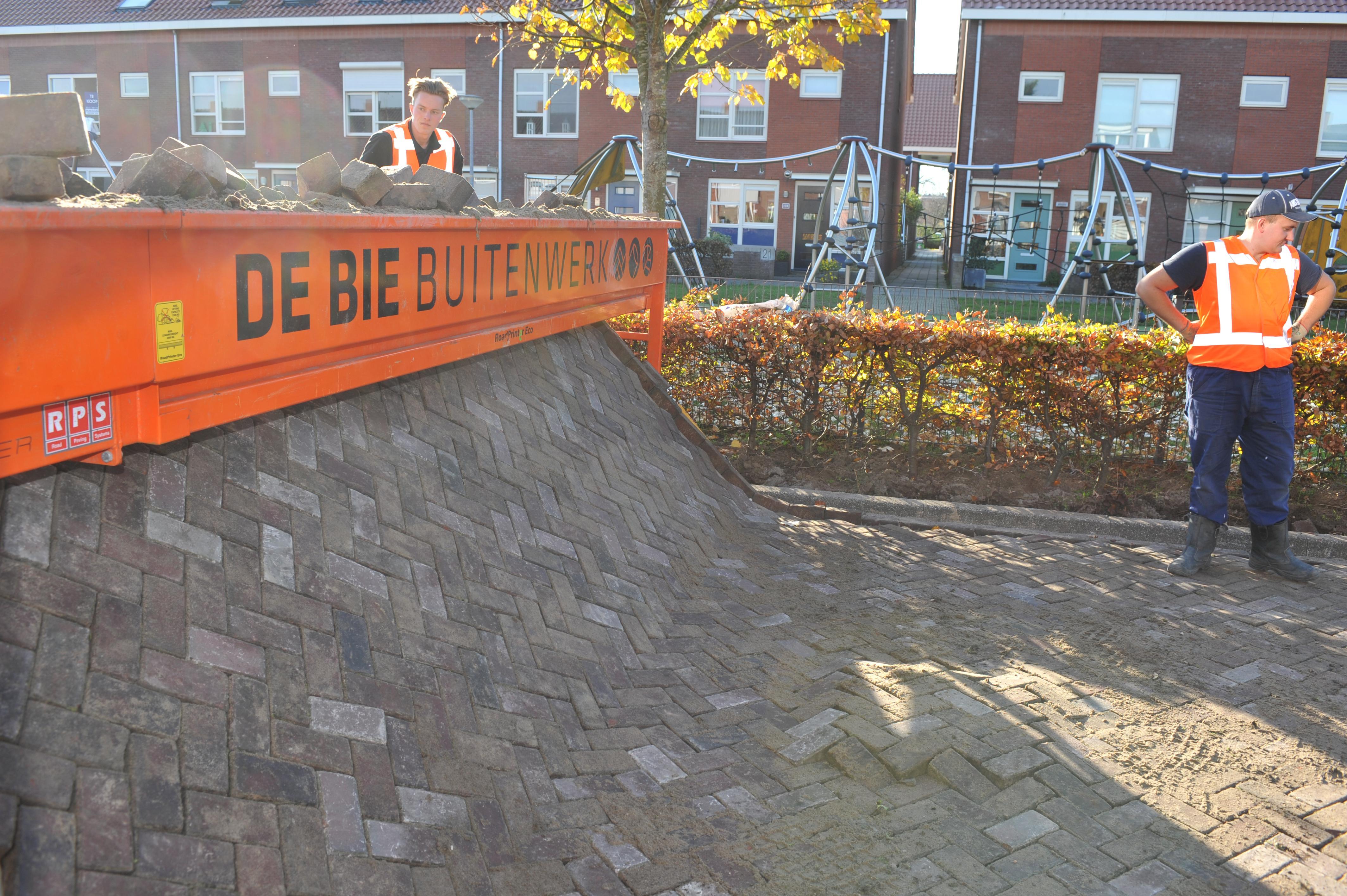 Stratenmakers 'printen' straat in muziekbuurt Heemskerk, geen zere knieën meer