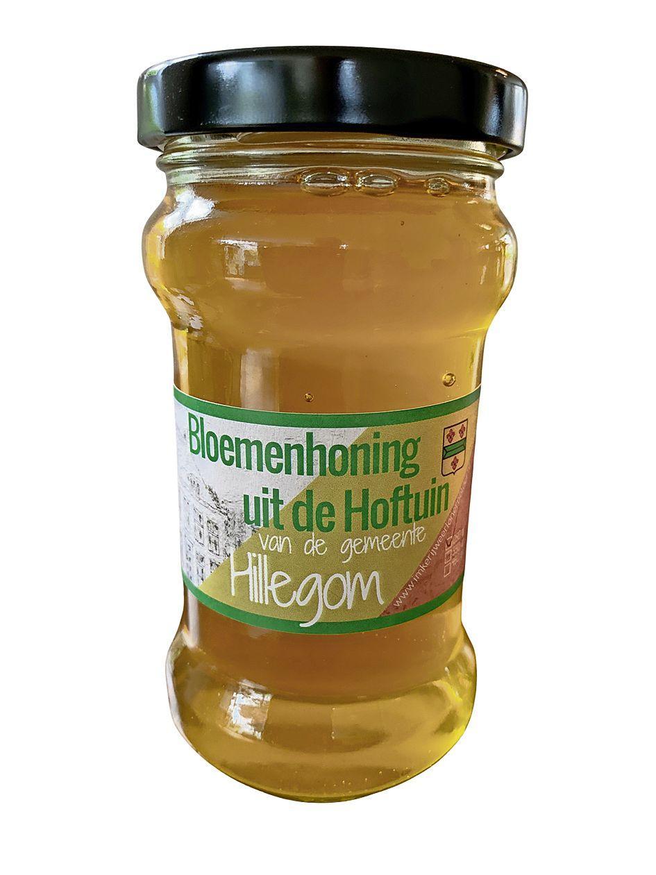 Hoftuinhoning gered: door rokende ambtenaren verbannen bijen keren terug bij gemeentehuis Hillegom