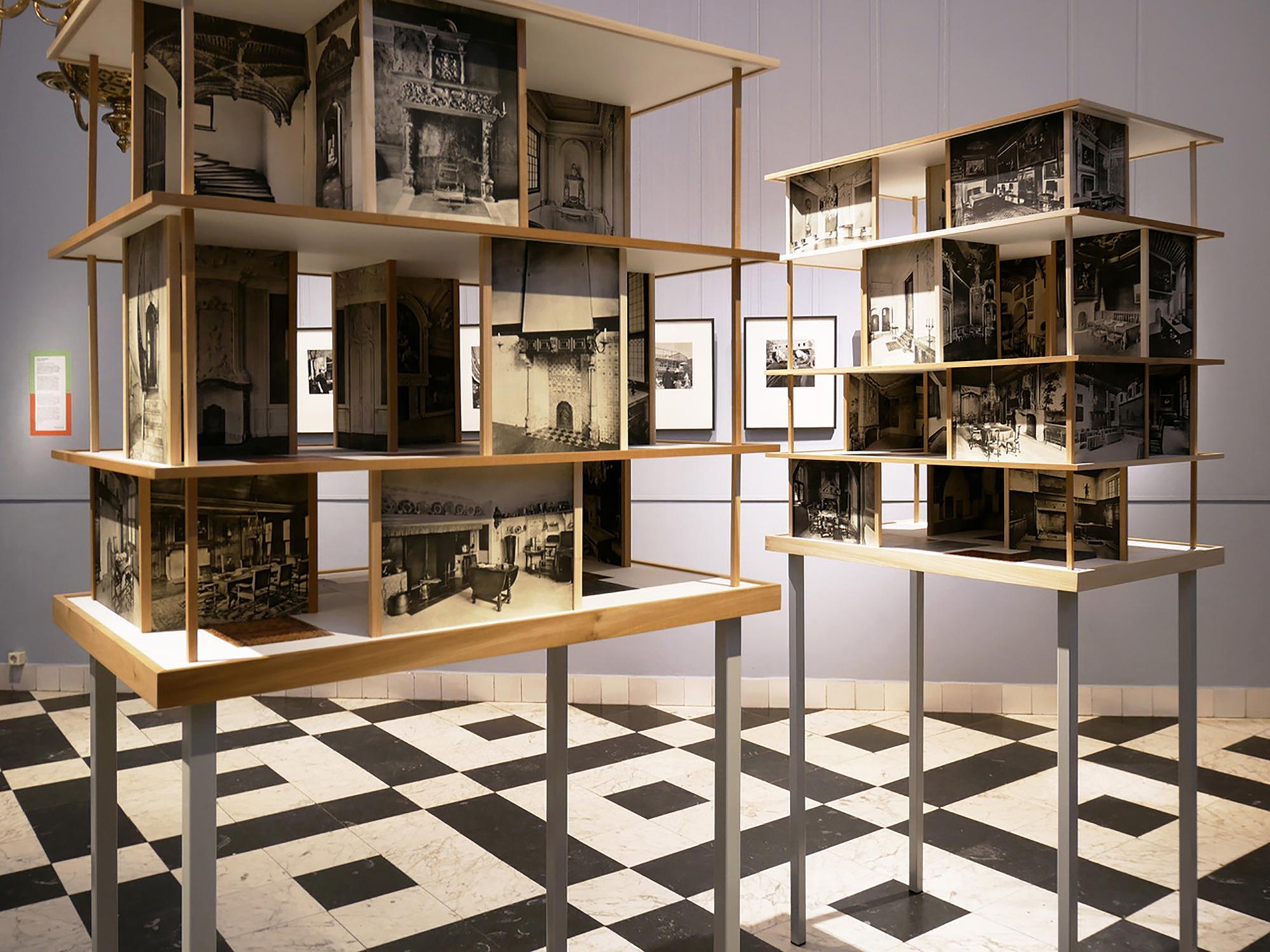 Moderne poppenhuizen in één ruimte met een historisch poppenhuis in het Frans Hals Museum in Haarlem