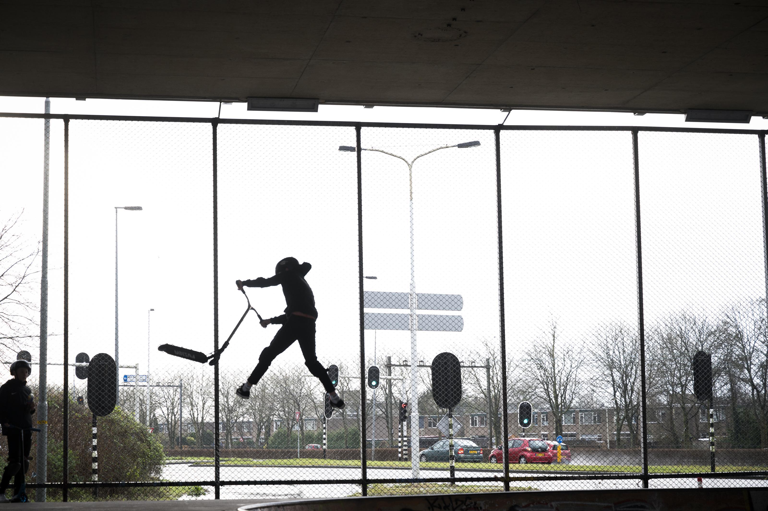 Jongeren meteen weer van de partij in tijdelijk heropende skatepark onder A8 in Koog [video]