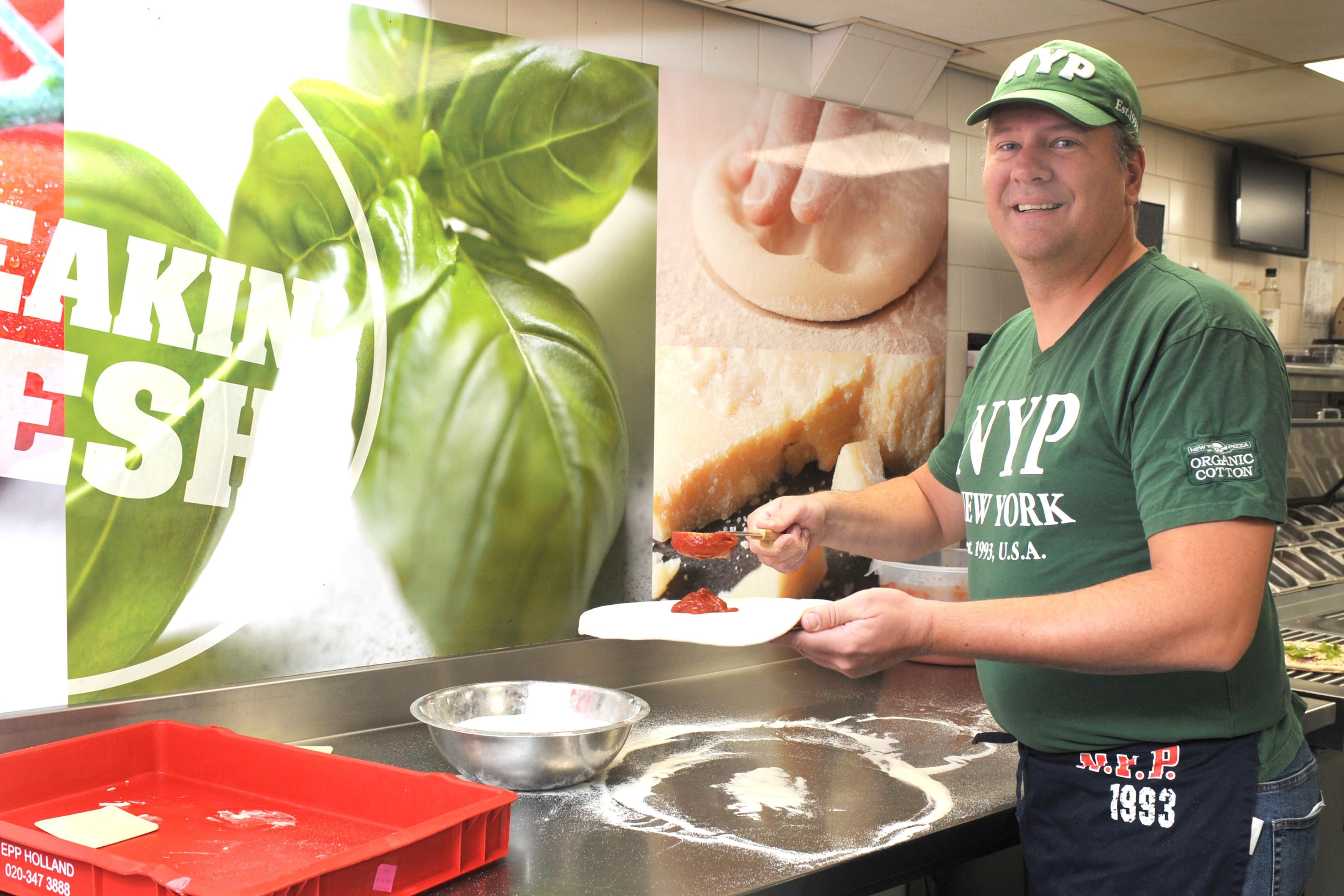 Ruud de Vries bakt vrijdag op zijn verjaardag pizza's voor goed doel: 'Ik vier dat ik 25 jaar in de pizzabranche zit. De omzet doneer ik aan Kika'