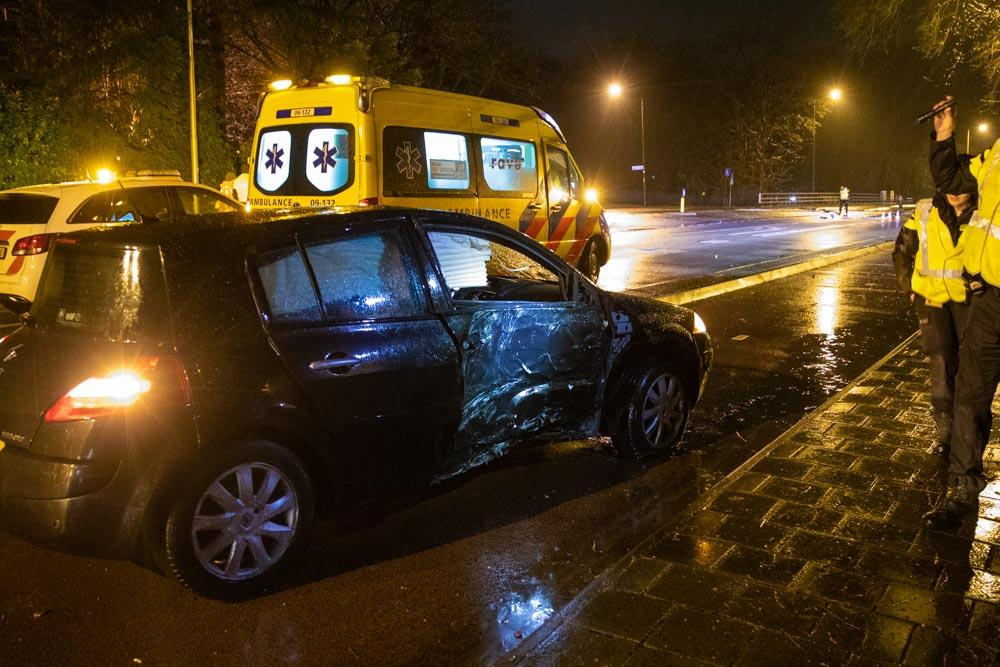 Autobestuurder knalt tegen lantaarnpaal en gooit fles met lachgas uit raam in Baarn