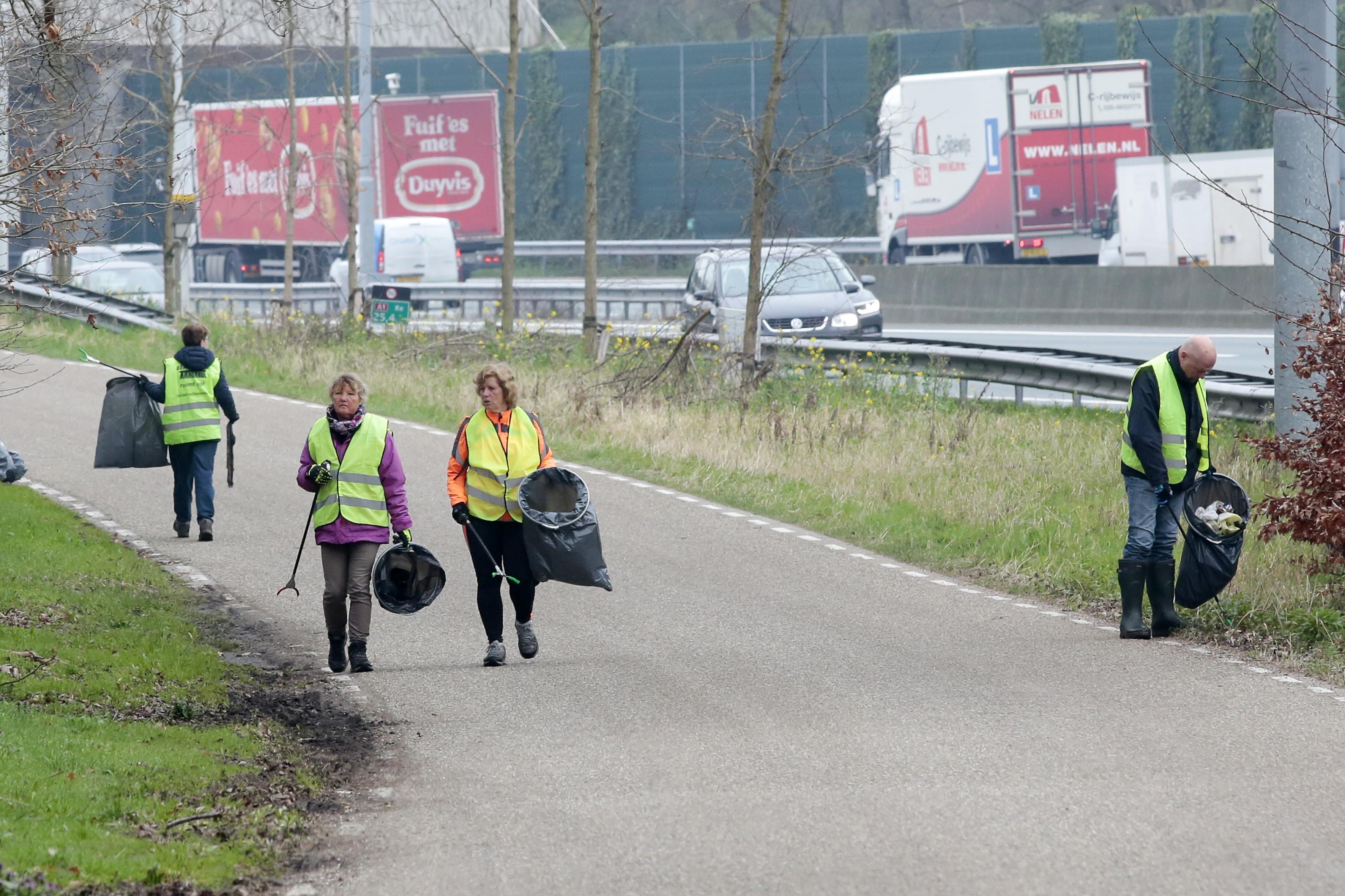 530 kilo troep vers aan de haak langs snelweg A1 bij Laren; zoveel rotzooi verzamelde de Bermbende nog nooit