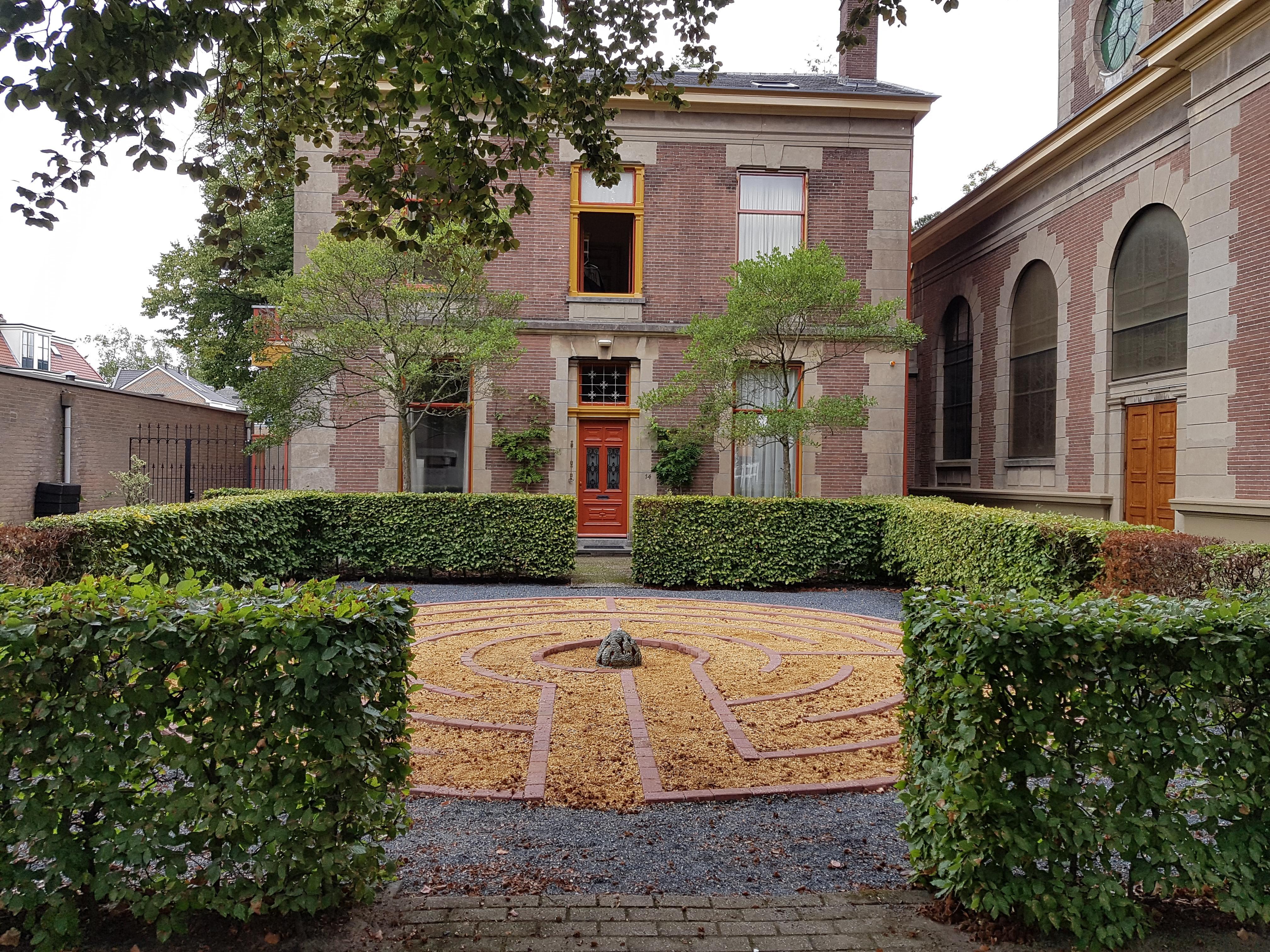 Een labyrint in de voortuin? de oud-katholieke kerk aan het Melkpad in Hilversum heeft er eentje