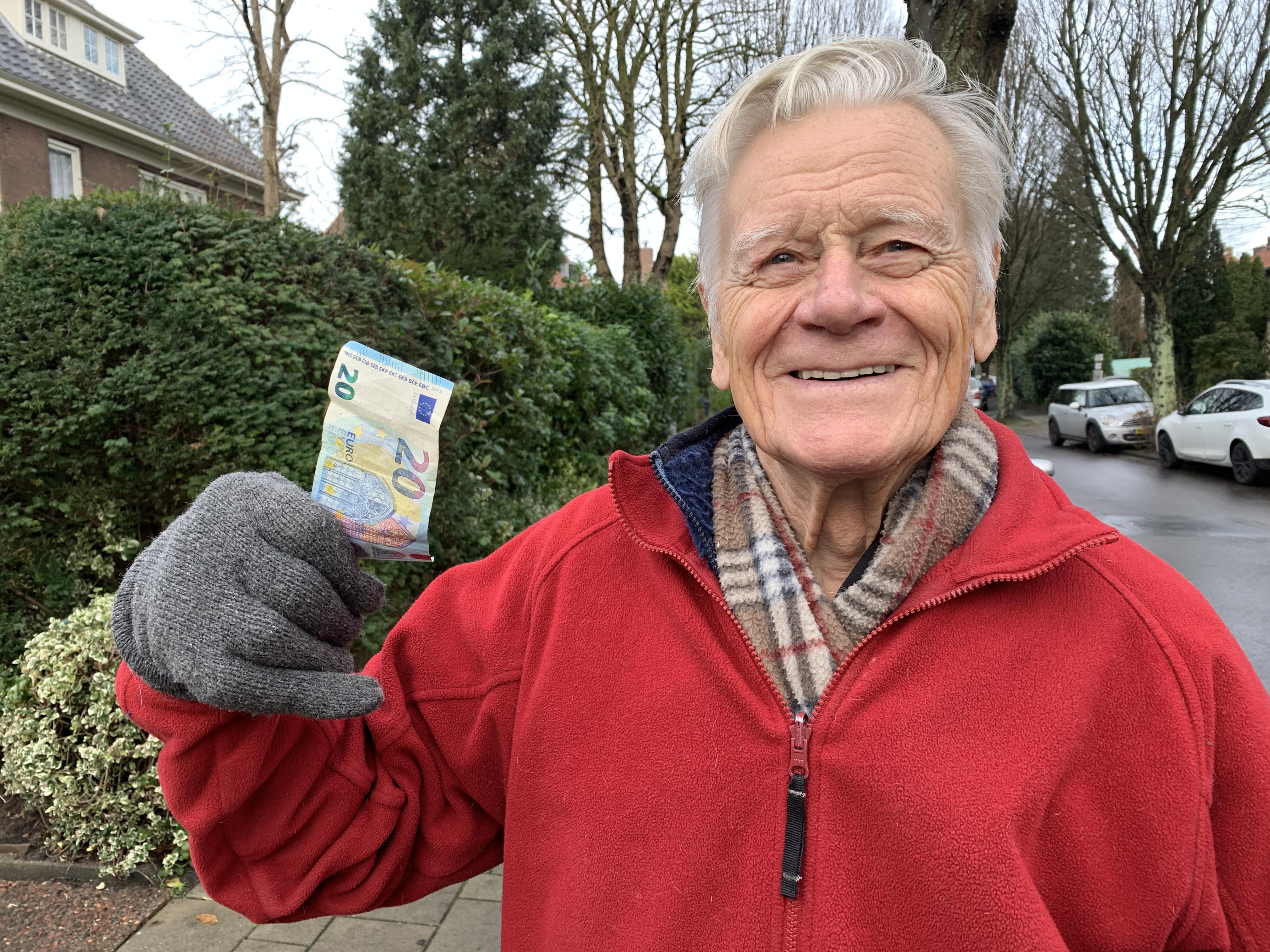 Krasse Overvener (93) vindt op straat biljet van 20 euro: 'Ik stort dat bedrag op rekening Rode Kruis'