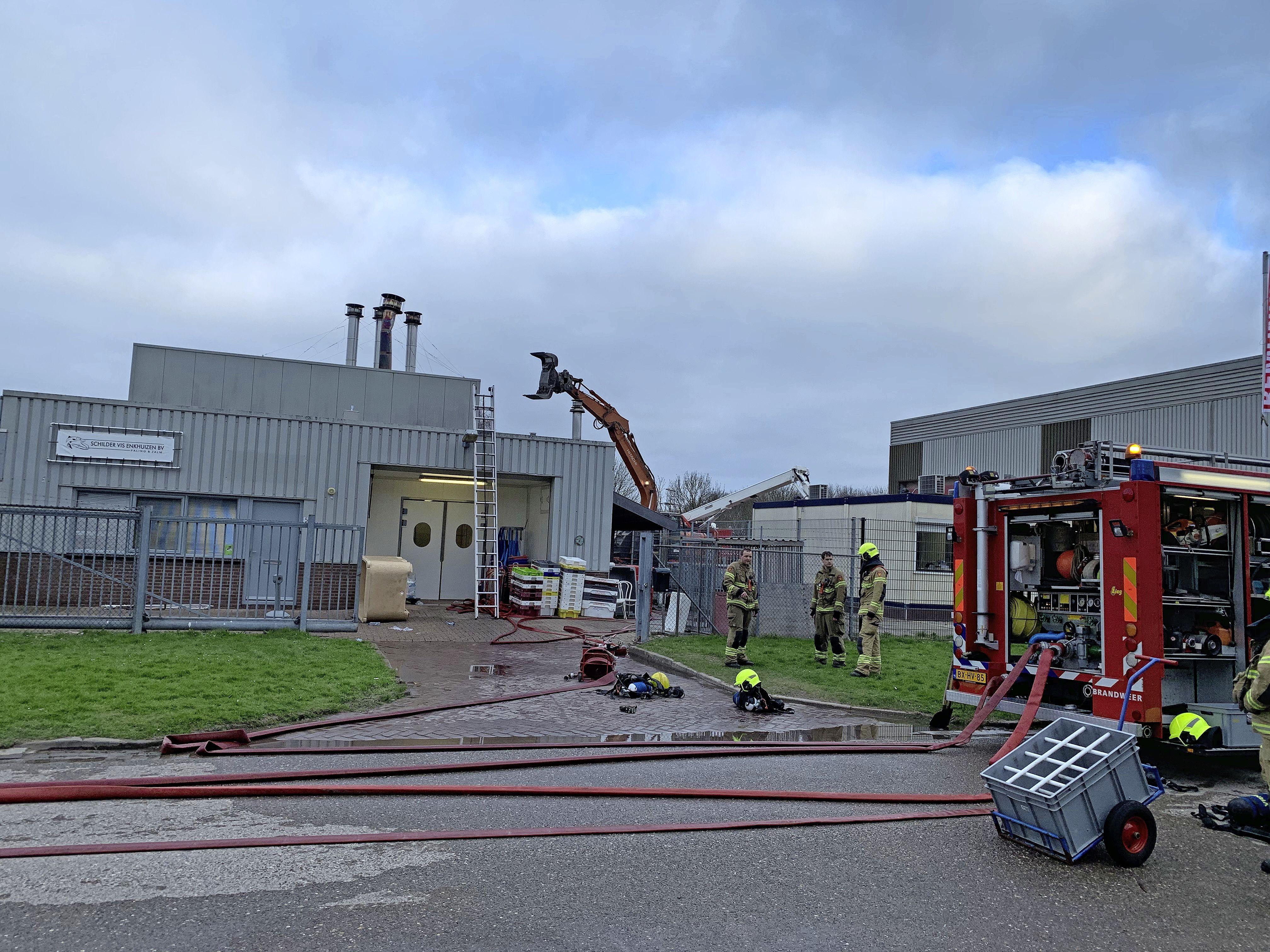 Uitslaande brand treft Schilder Vis Enkhuizen in het hart: rokerij verwoest