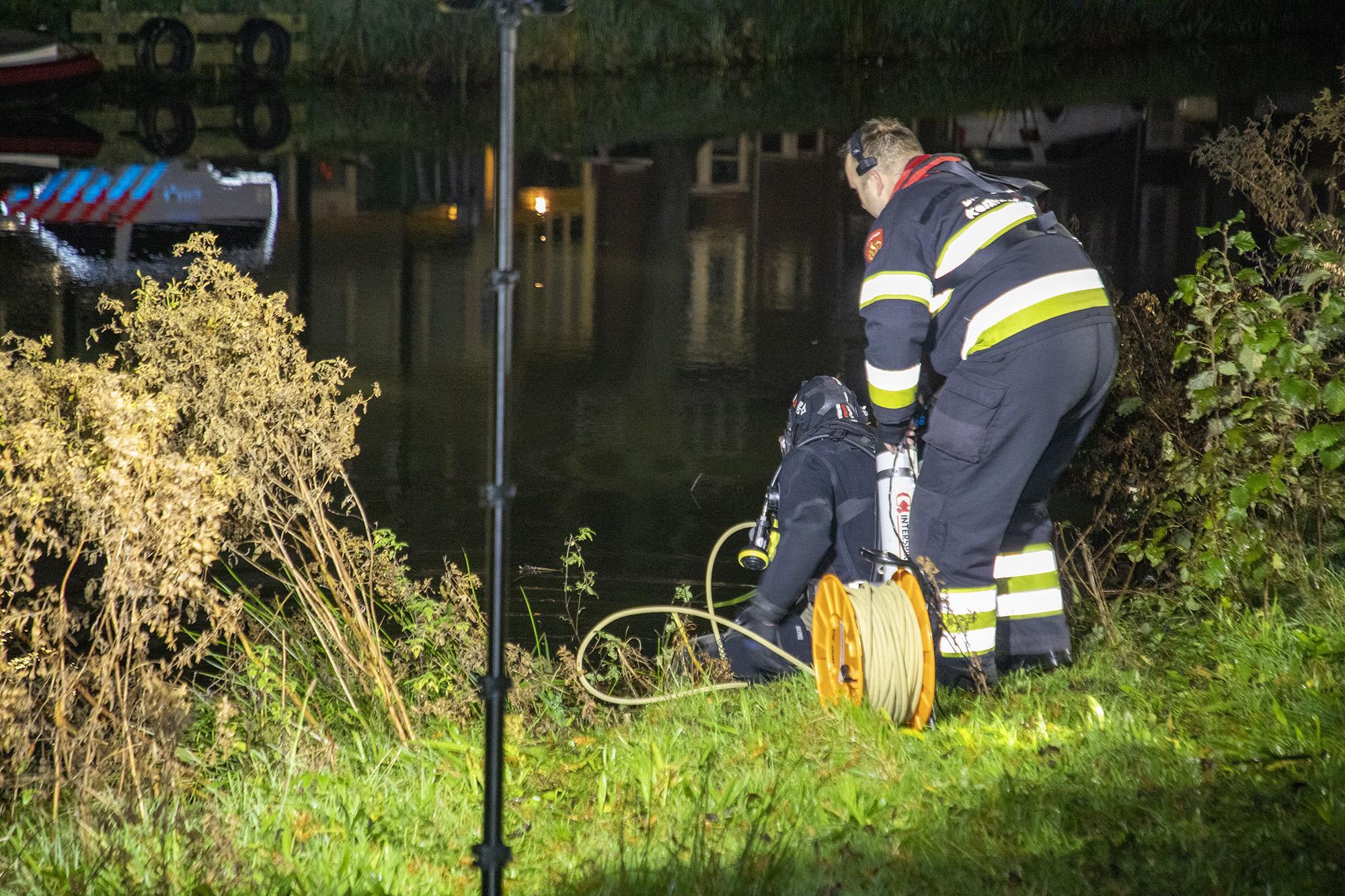 Auto te water in Haarlem. Wagen volledig gezonken, bestuurder komt op tijd weg