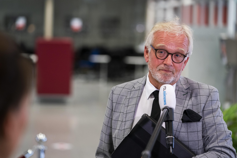 Burgemeester van Alkmaar verwacht dat de mondkapjes op moeten. Wie zich misdraagt in de horeca, pakt hij aan. 'Daar waar nodig pakken we ze bij de togus'