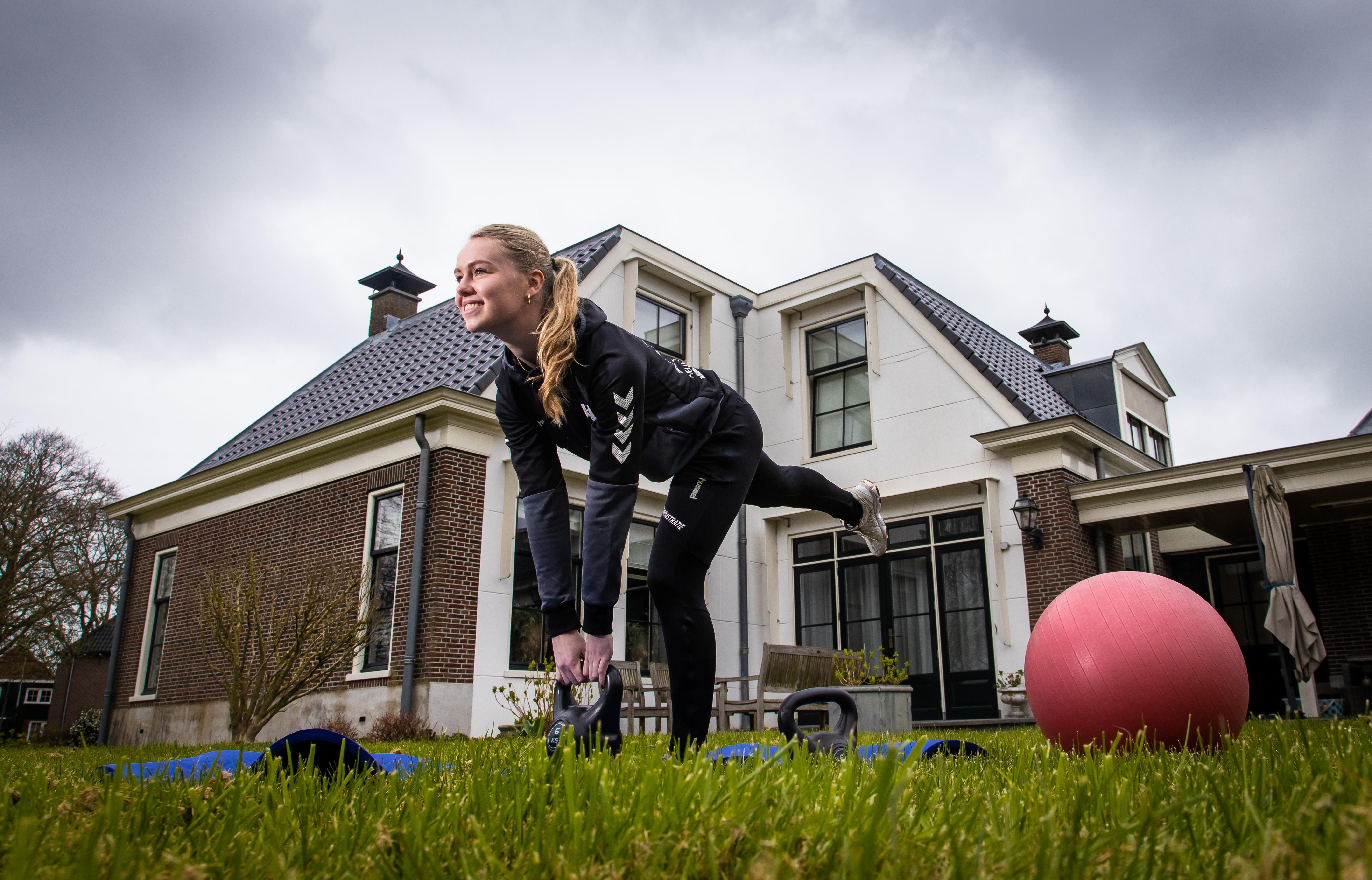 Handbalster Eline Wit traint 's avonds in fysiopraktijk van haar moeder, als er niemand is: 'Scriptie gaat gewoon door'
