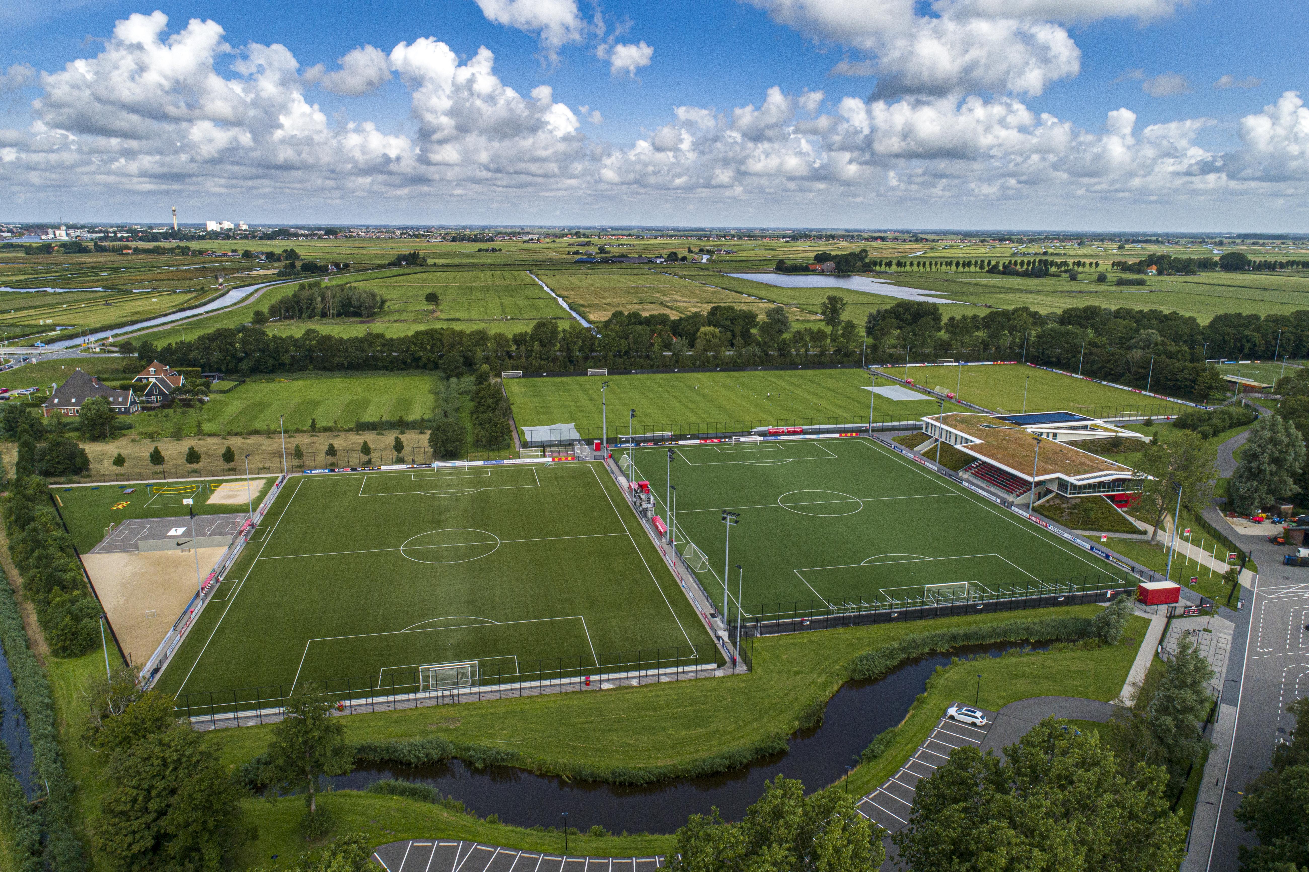 Jong AZ speelt profvoetbal tussen de weilanden op Kalverhoek bij Wijdewormer