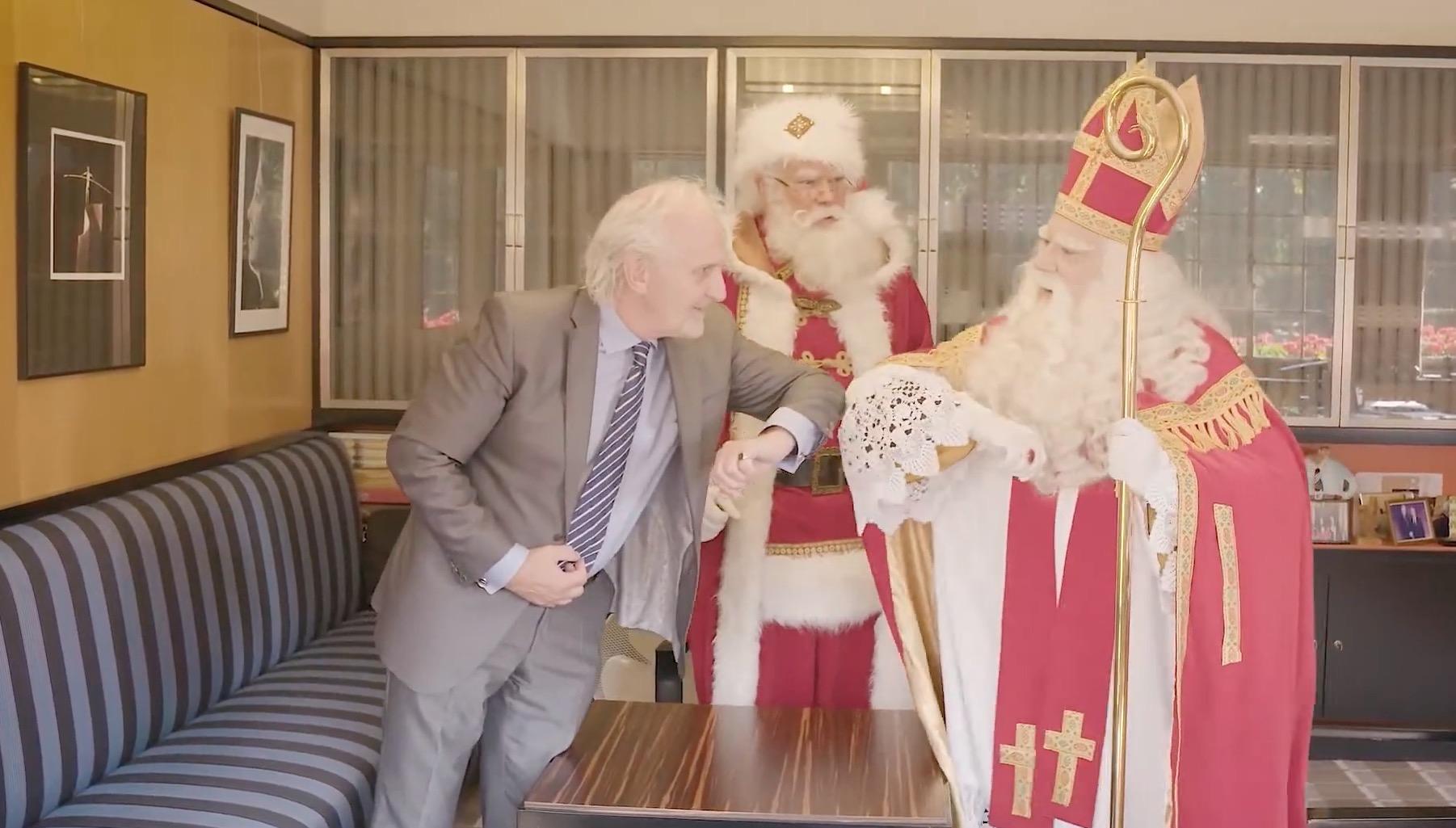 Sinterklaas en Kerstman op corona-gesprek bij burgemeester van Hilversum: 'Mooi dat we nog steeds welkom zijn' [video]