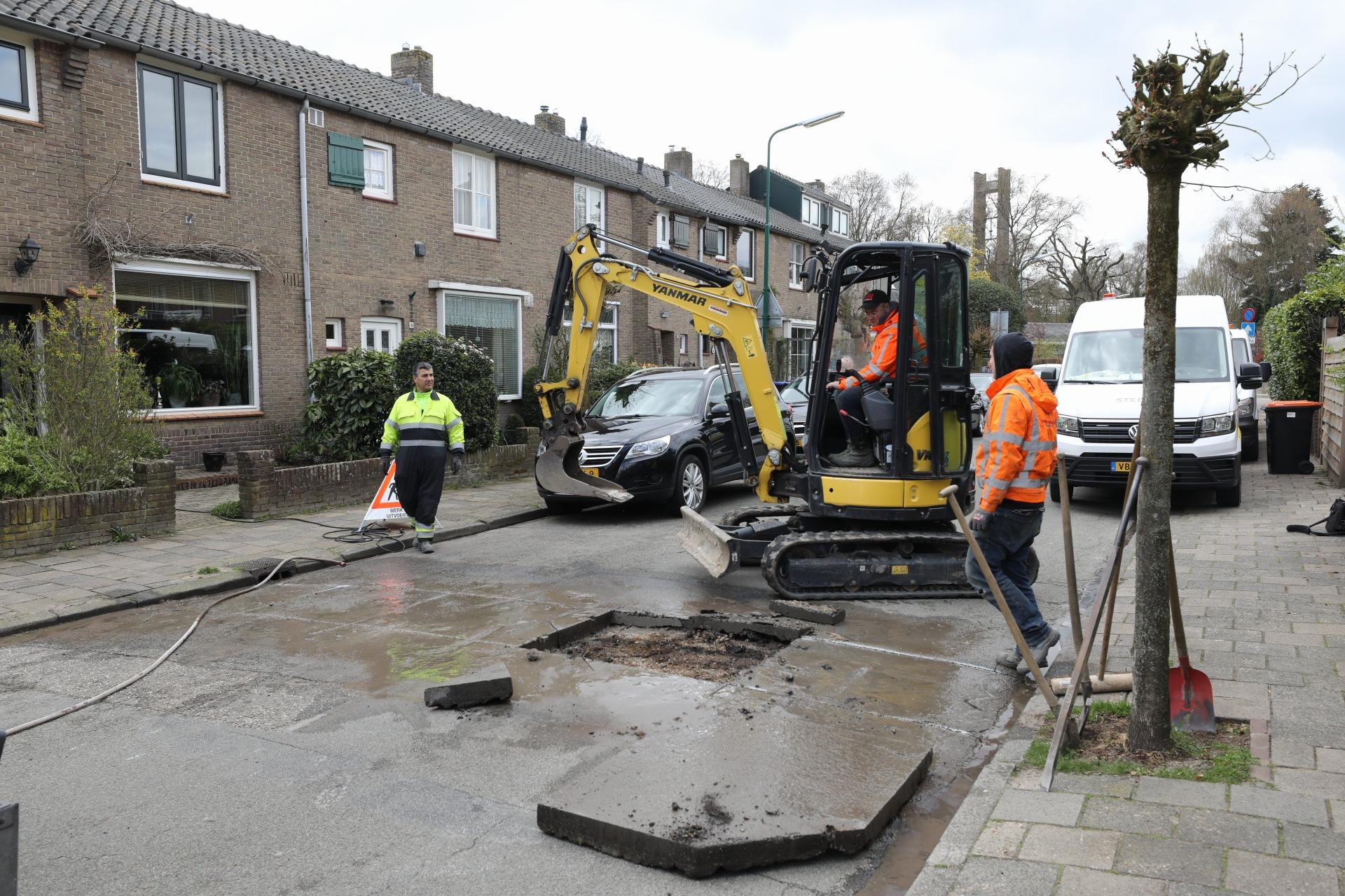 Schilderswijk in Baarn kampt met lastige stroomstoring; weg opengebroken om storing te verhelpen