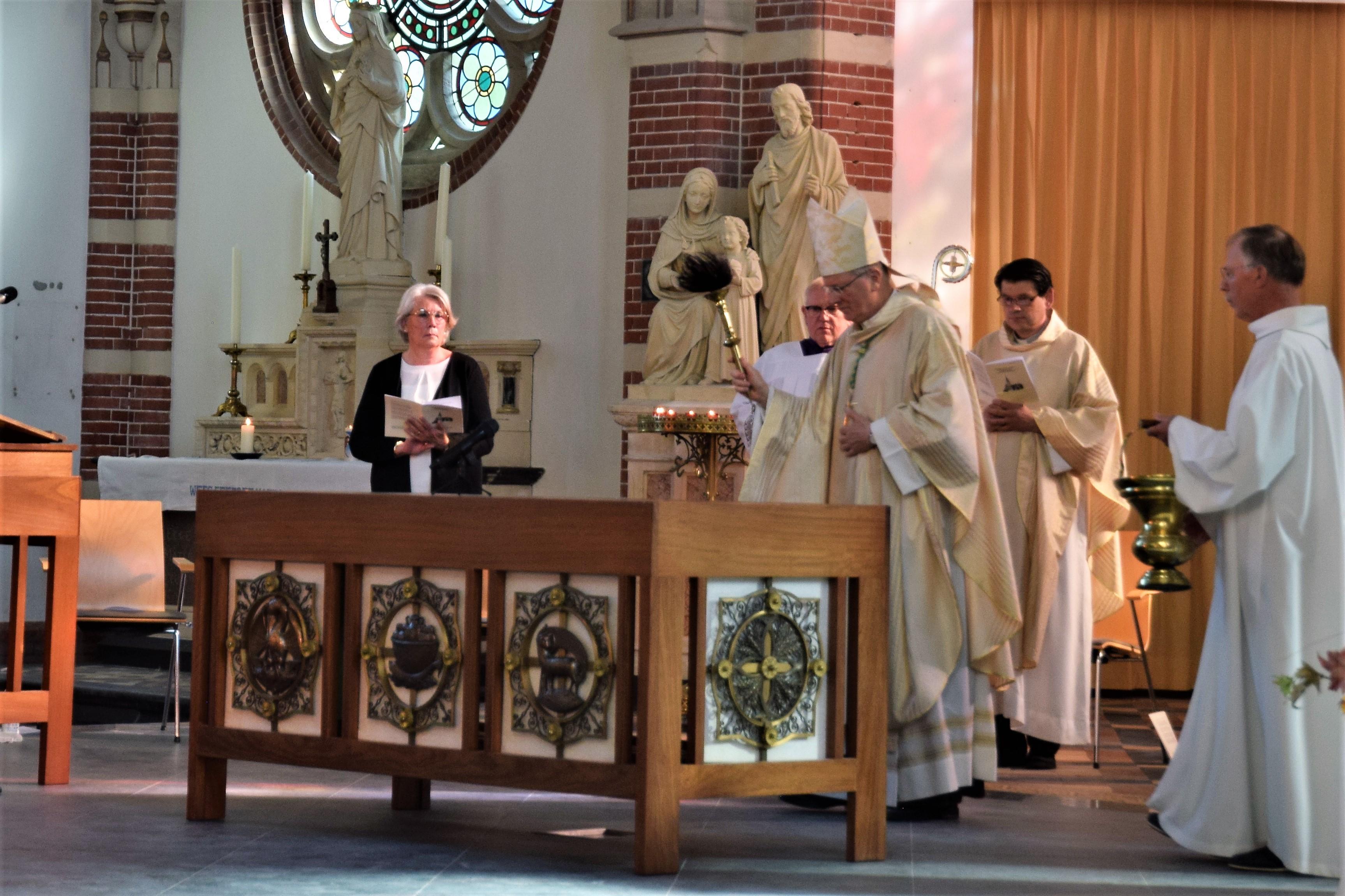 Bisschop Hendriks wijdt het altaar in van de Corneliuskerk, die ruim twee jaar geleden uitbrandde