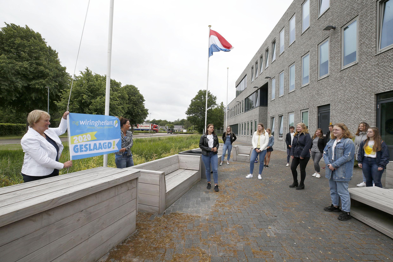 Geslaagdenvlag gaat uit voor leerlingen Wiringherlant in Wieringerwerf