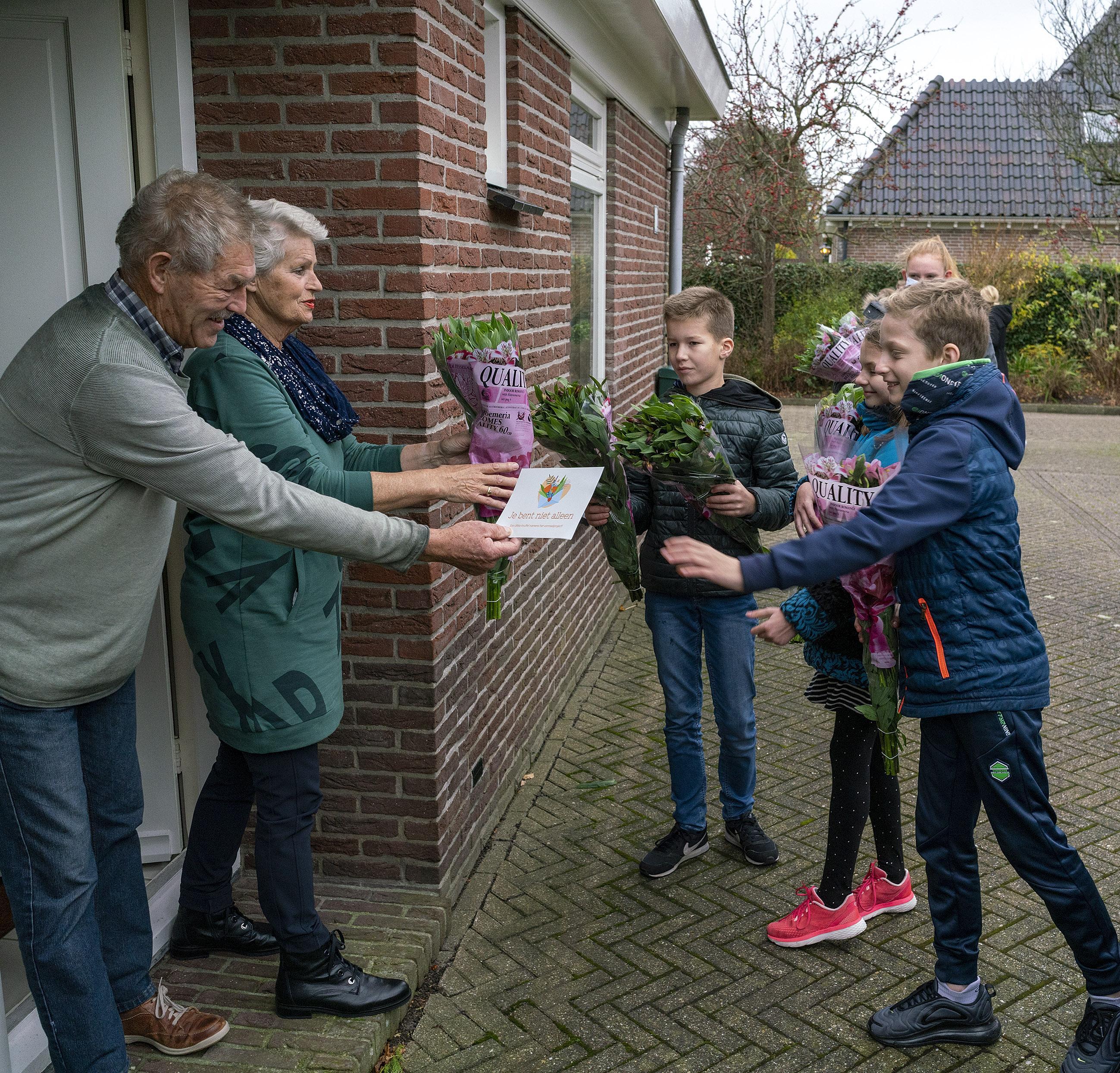 Vormselproject in Heerhugowaard-De Noord: Jongeren verrassen ouderen met bloemetje