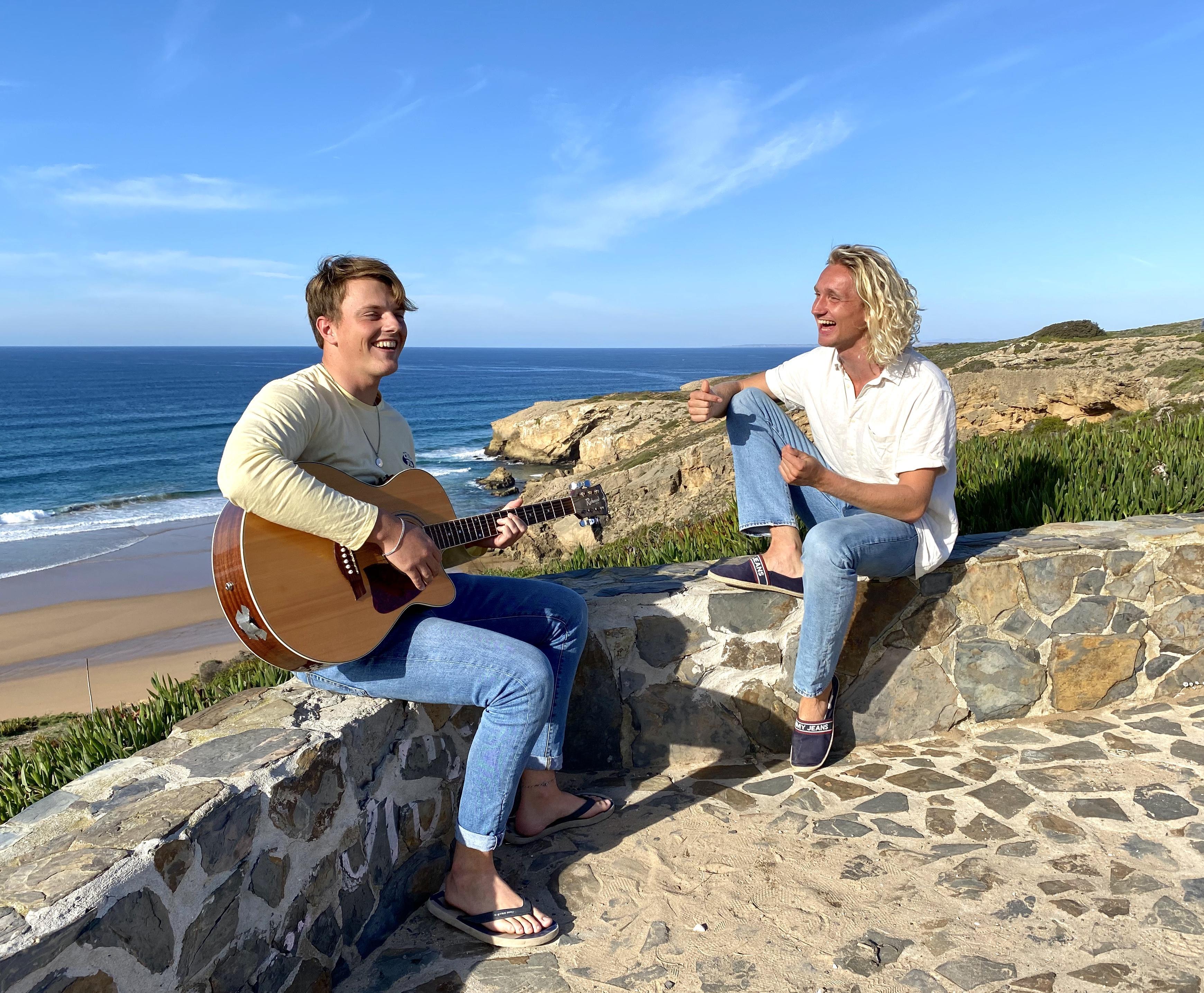 Geïnspireerd door de golven en de Portugese zon maken Castricummers Patrick en Sjoerd muziek in coronatijd