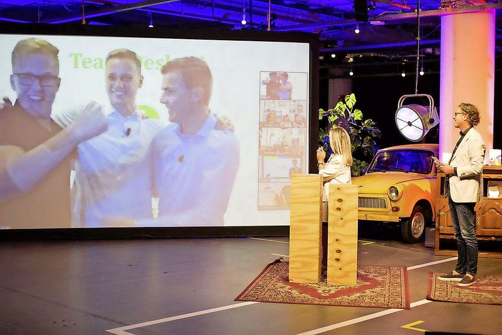 Tom Laan uit Tuitjenhorn wint een jonge ondernemersprijs met zelfontworpen product 'Deskey': een mobiele werkplek. Nu mag hij zich met klasgenoten gaan bewijzen op Europees niveau