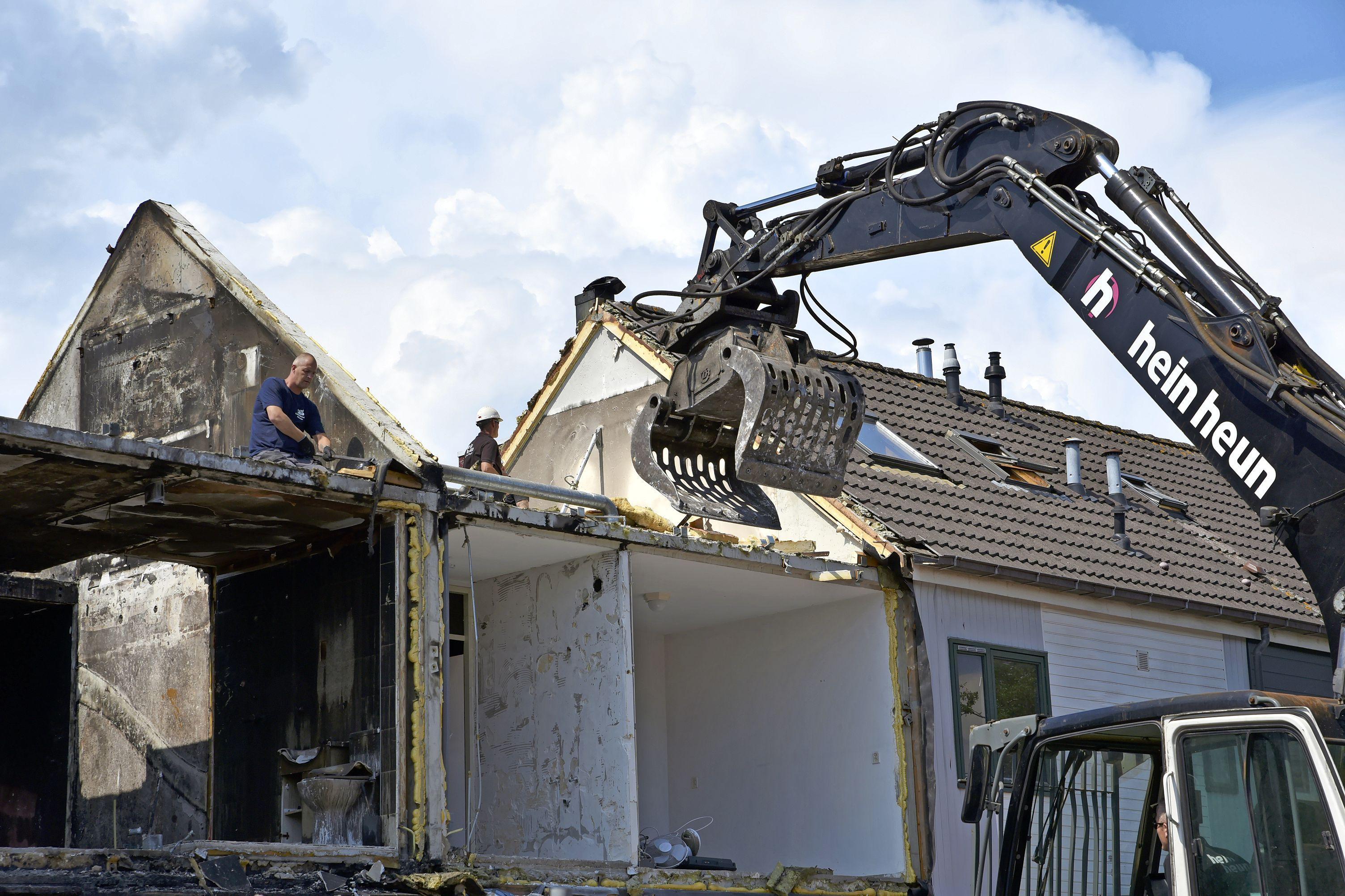 Door brand getroffen woningen in Zwaag worden (deels) gesloopt. 'Ik hoop dat ze het opbouwen na de bouwvak snel oppakken'
