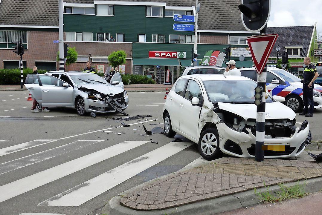 Duitse toerist gewond bij flinke botsing op kruising in Zaandijk