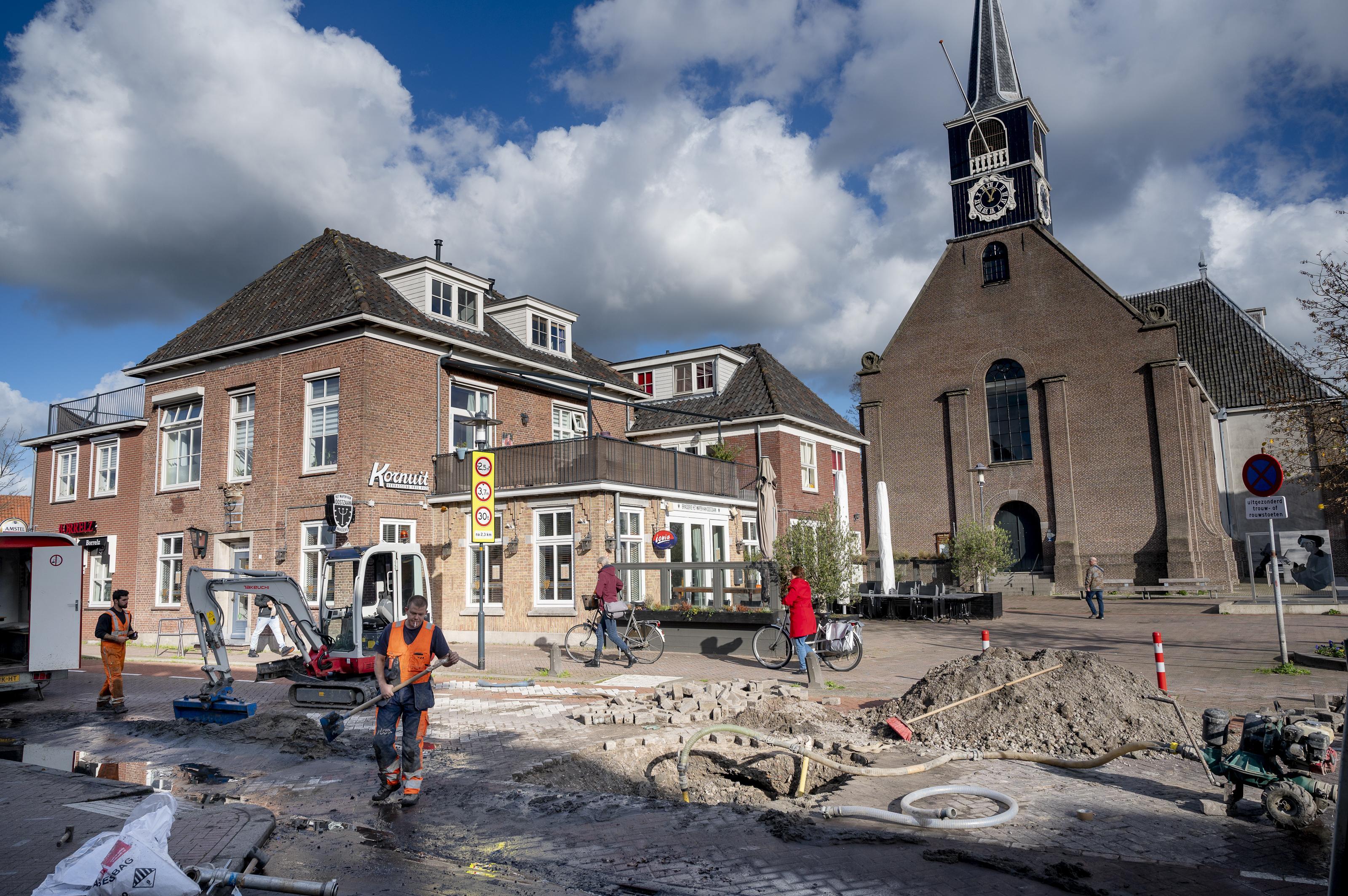 Kerkbuurt Oostzaan afgesloten door gesprongen waterleiding