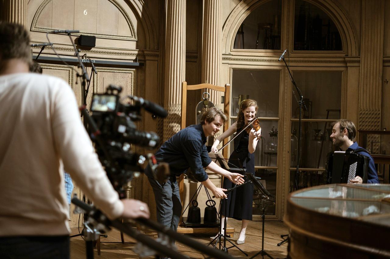Teylers Museum fungeert als podium voor klassieke muziek. Haarlems onderonsje met accordeonist Vincent van Amsterdam en componist Bianca Bongers [video]