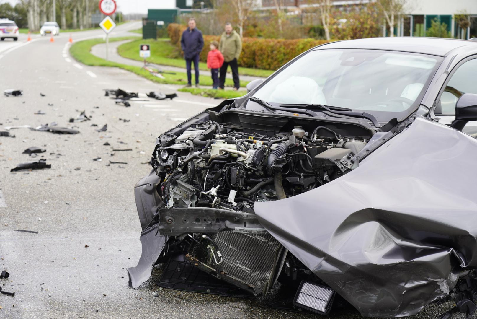 Ravage bij auto-ongeluk op de N248 in Kolhorn