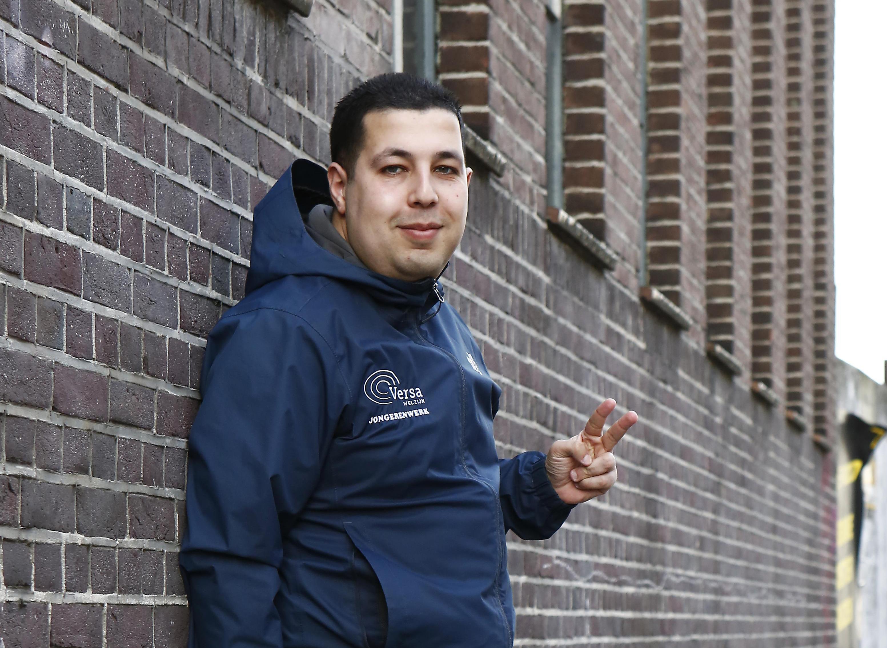 'Blijf thuis, ga niet rellen'. Deze oproep van jongerenwerker Chakir El Allachi ging viral; Hoe heeft hij het afgelopen jaar beleefd? 'Ik zie angst onder jongeren en door angst ga je falen' | Serie 1 jaar corona