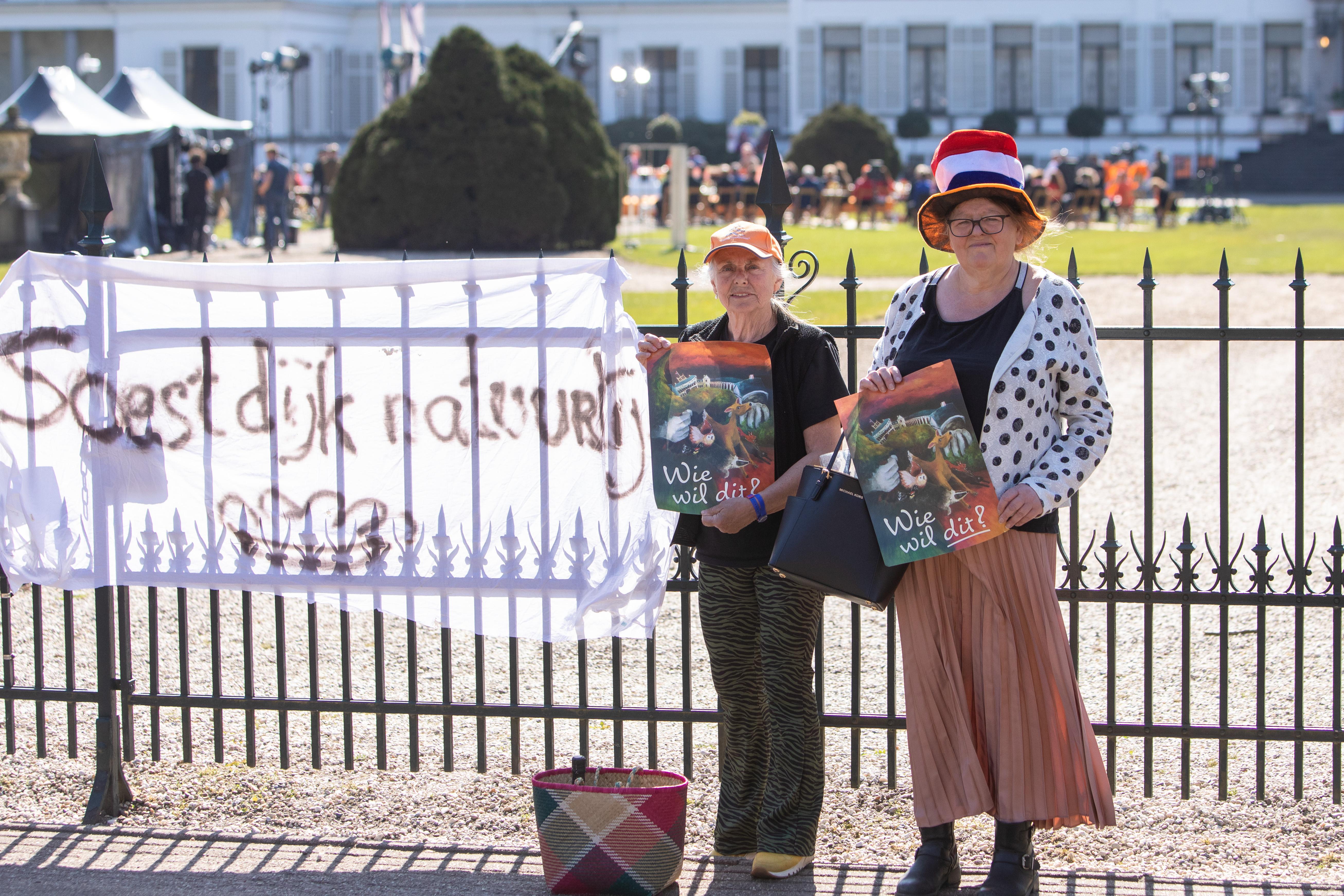 Een spontane actie op Koningsdag bij paleis Soestdijk: 'Ik had nog een laken liggen en dacht: we moeten wat van ons laten horen'