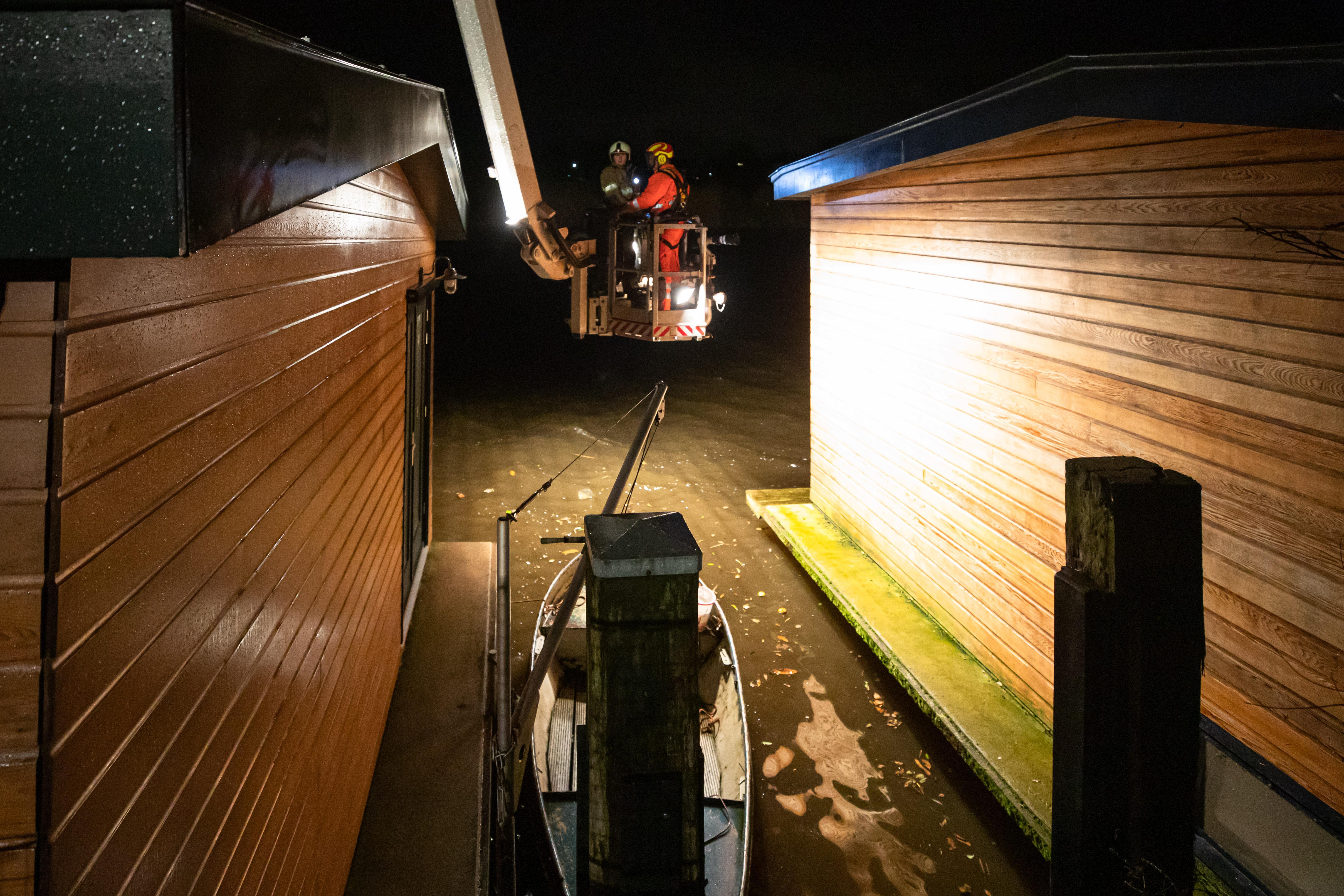 Grote schrik bij Baarnse bewoners van scheef hangende woonboten bij storm; 'Ik was angstig, omdat ik ook de zorg heb voor mijn ernstig zieke man en ik heb tot half drie 's nachts gedweild'
