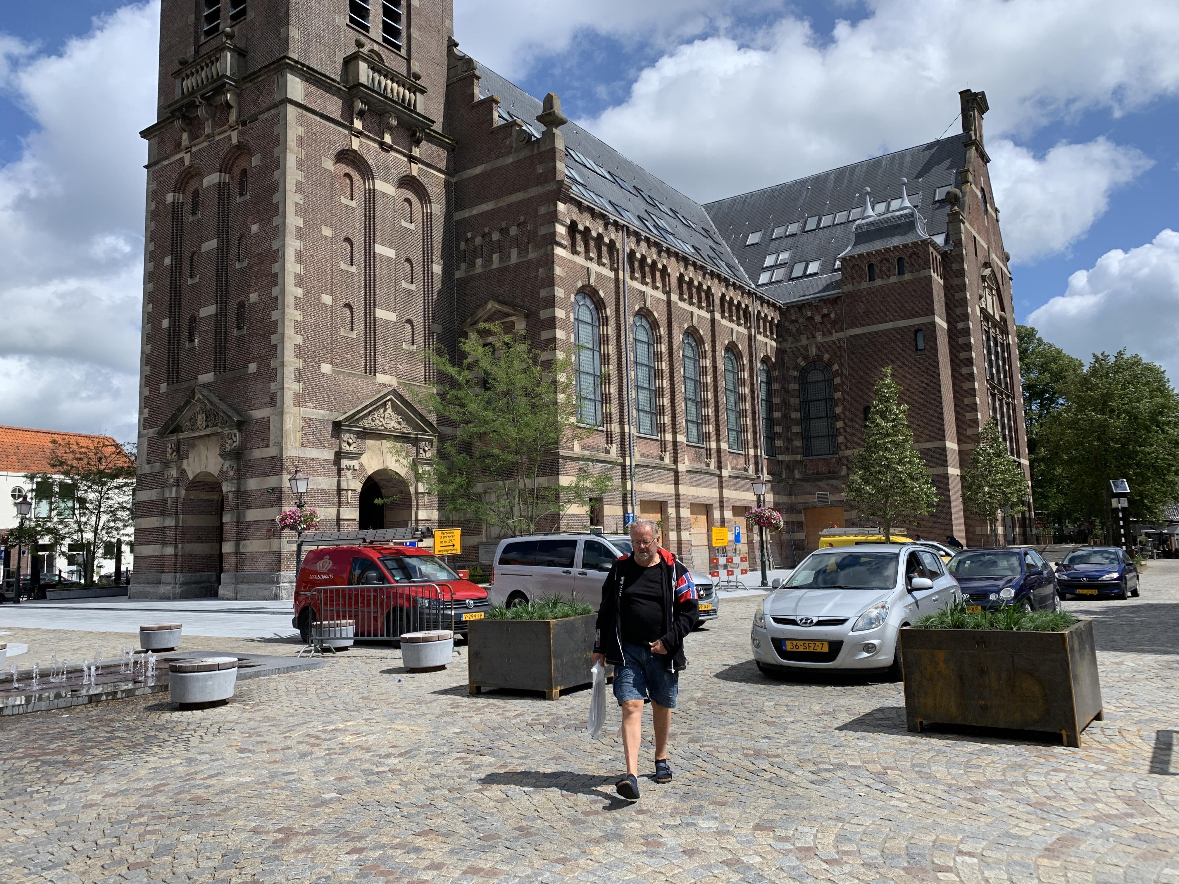 Bloembakken remmen snelheid op Kerkplein in Hoorn