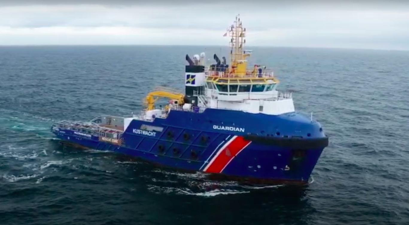 Kustwacht sleept containerschip bij Vlieland naar veilige positie
