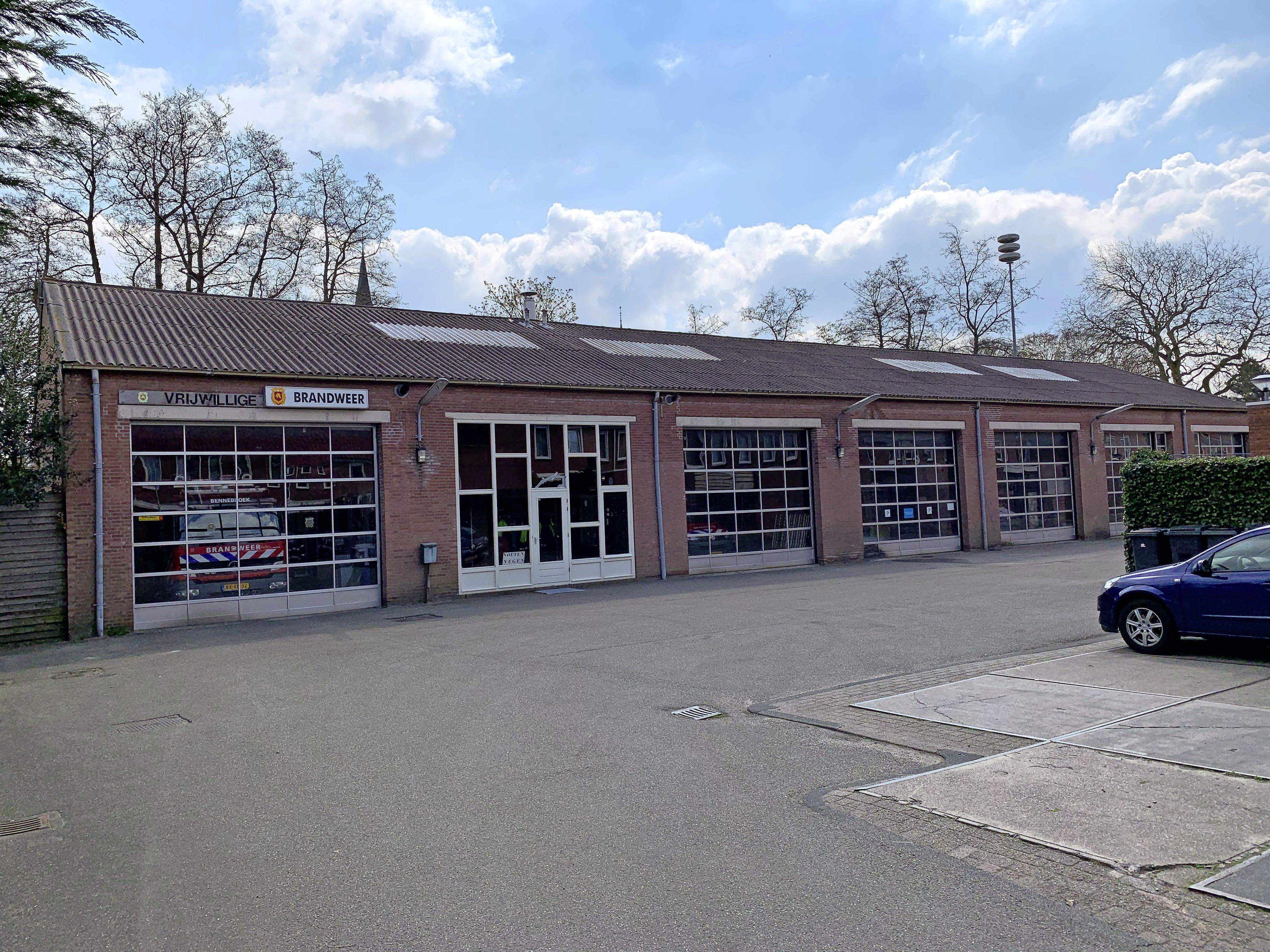 Ernstige zinkvervuiling onder brandweerkazerne Bennebroek. Burgemeester Roest wil nieuwbouw gewoon laten doorgaan