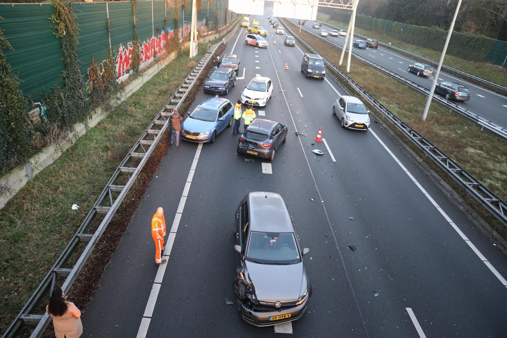Kettingbotsing op A1 bij Eemnes; weg tijdelijk afgesloten [update]