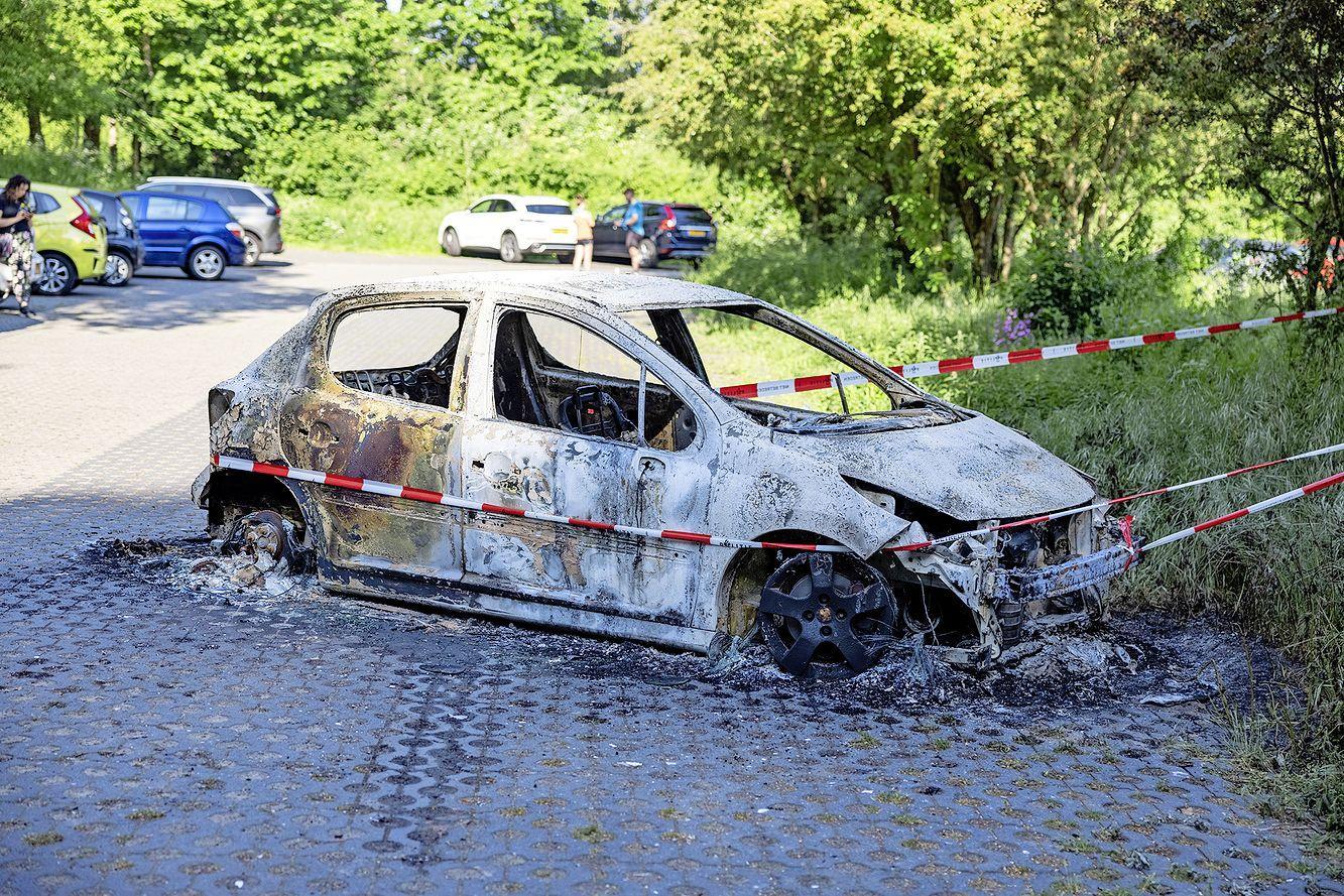 Auto uitgebrand bij natuurgebied in Heemskerk; brandweer treft voertuig volledig verwoest aan