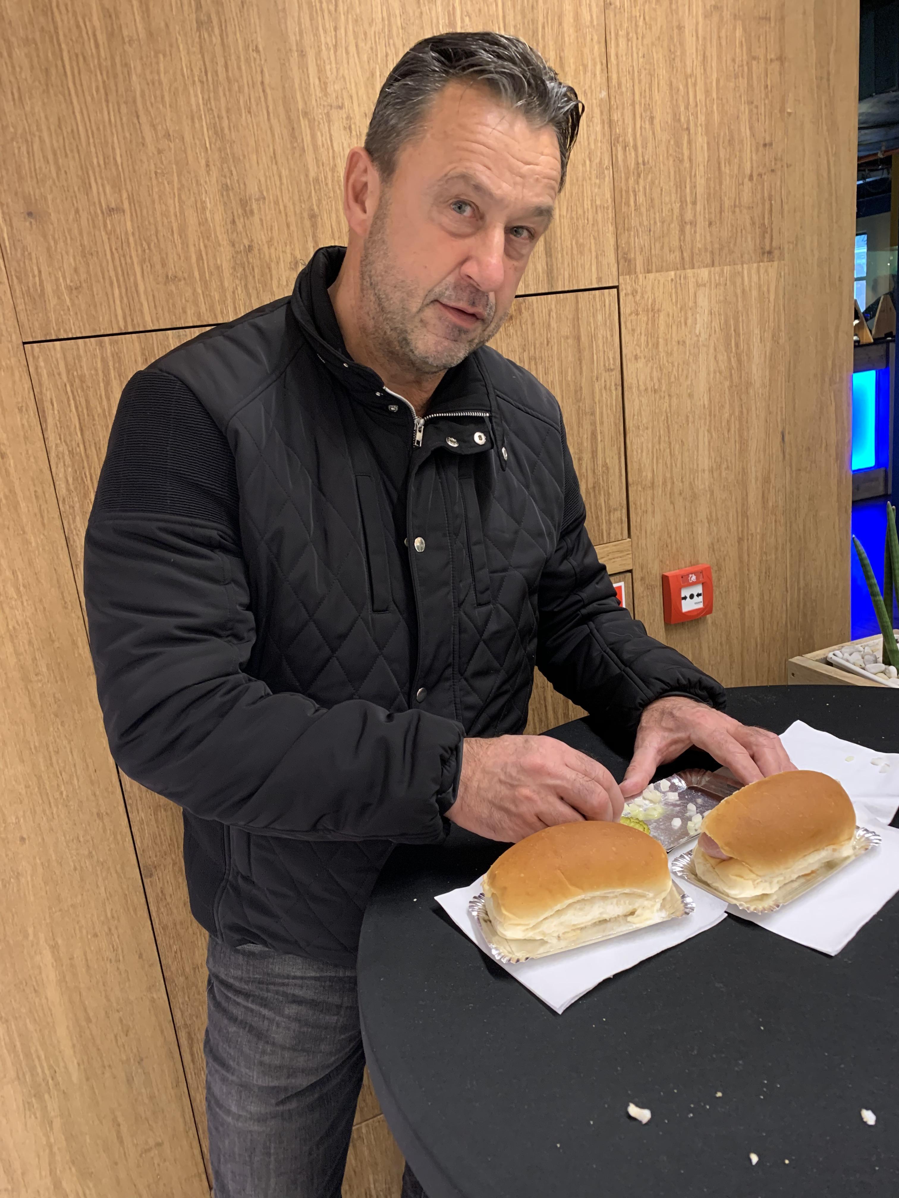 Hoe eet je haring met een mondkapje op? Purmerender Edwin - 'ik houd me aan de regels'- ziet de horeca langzaam kapotgaan (Column Onderweg).