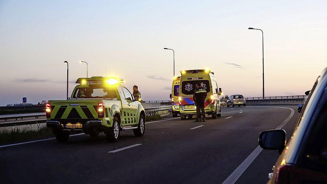 Motorrijder verliest macht over het stuur en wordt over de vangrail gelanceerd op N307 bij Zwaag, bestuurder zwaargewond naar ziekenhuis