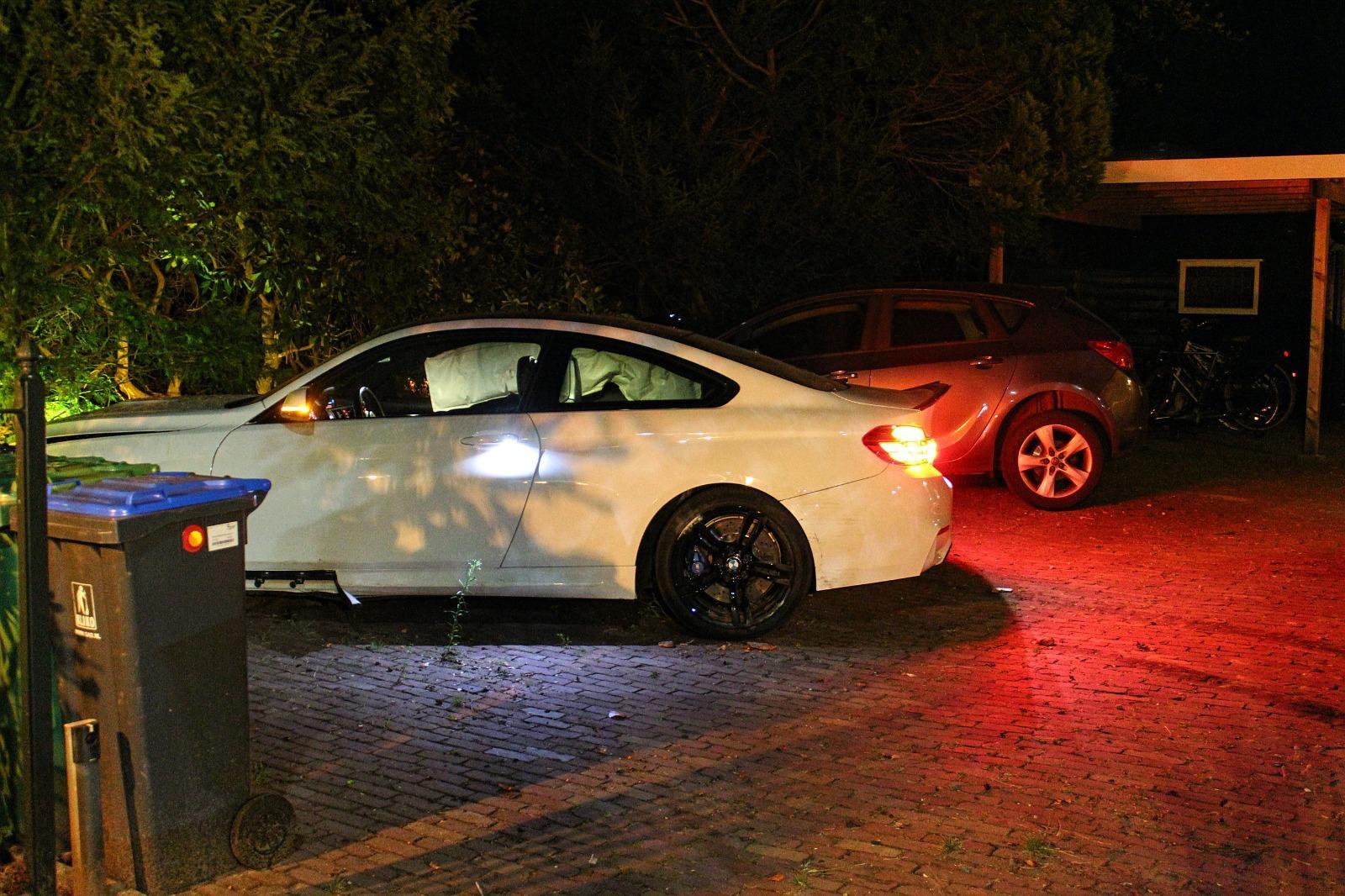 Auto belandt na crash in tuin van woning, bestuurder gaat ervandoor