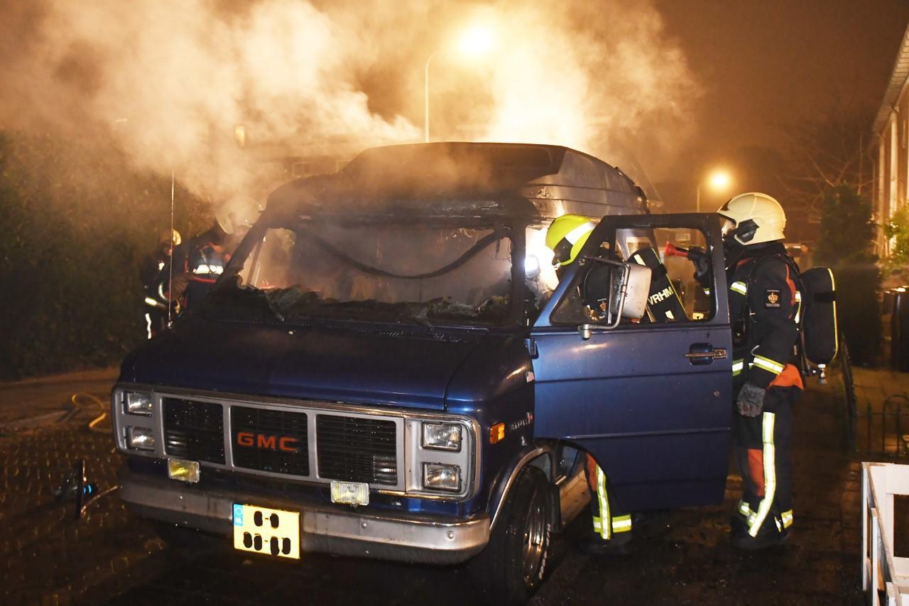 Bestelbus bijna volledig uitgebrand in Voorschoten, politie start onderzoek