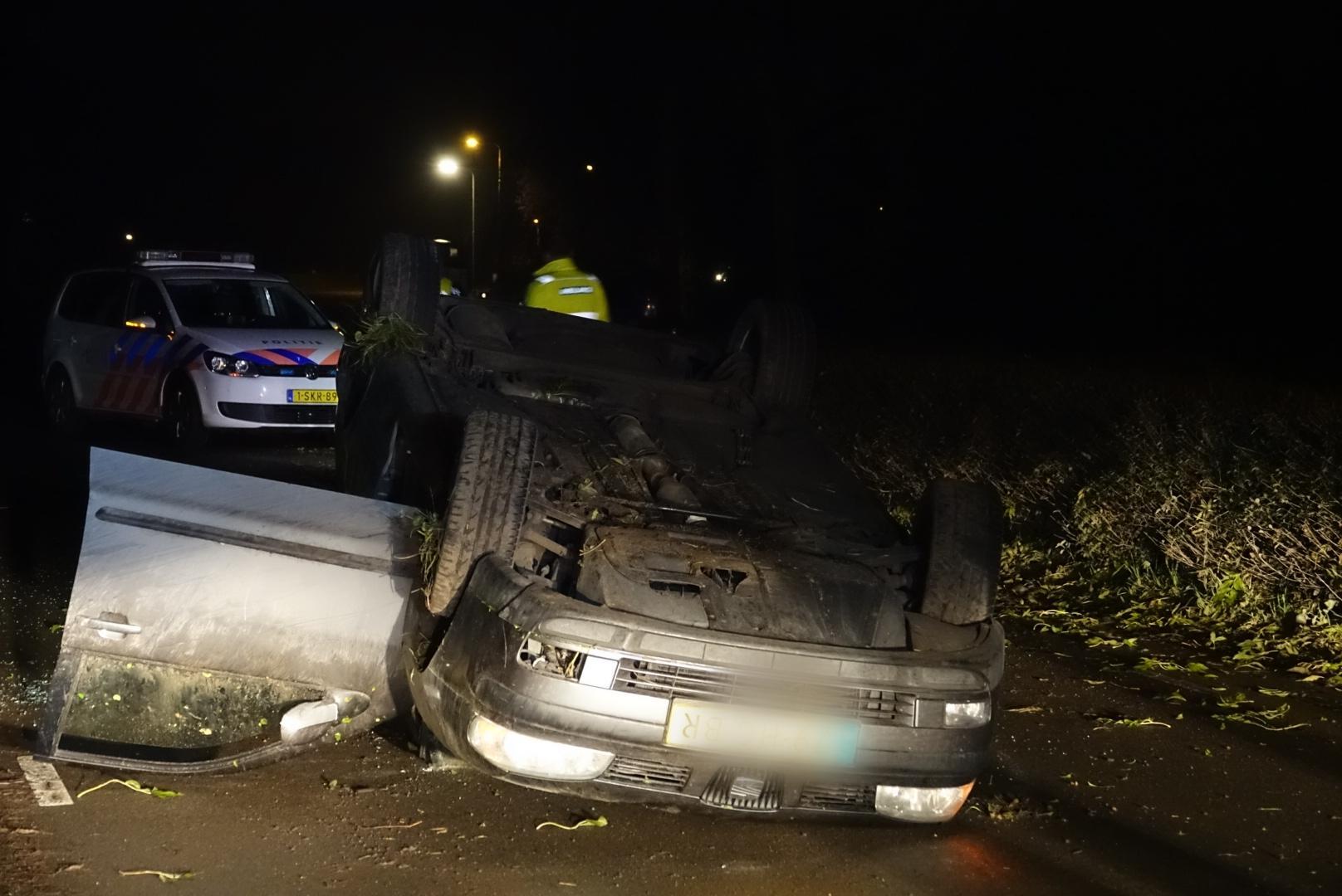 Auto over de kop in Hem, bestuurder aangehouden door politie