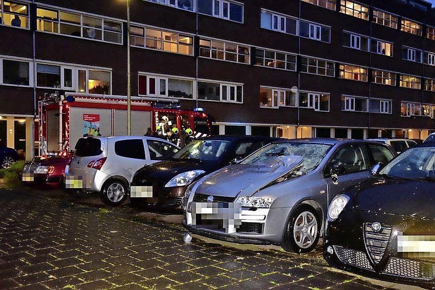 Auto beschadigd na afgaan van vuurwerkbom bij appartementencomplex in Leiderdorp