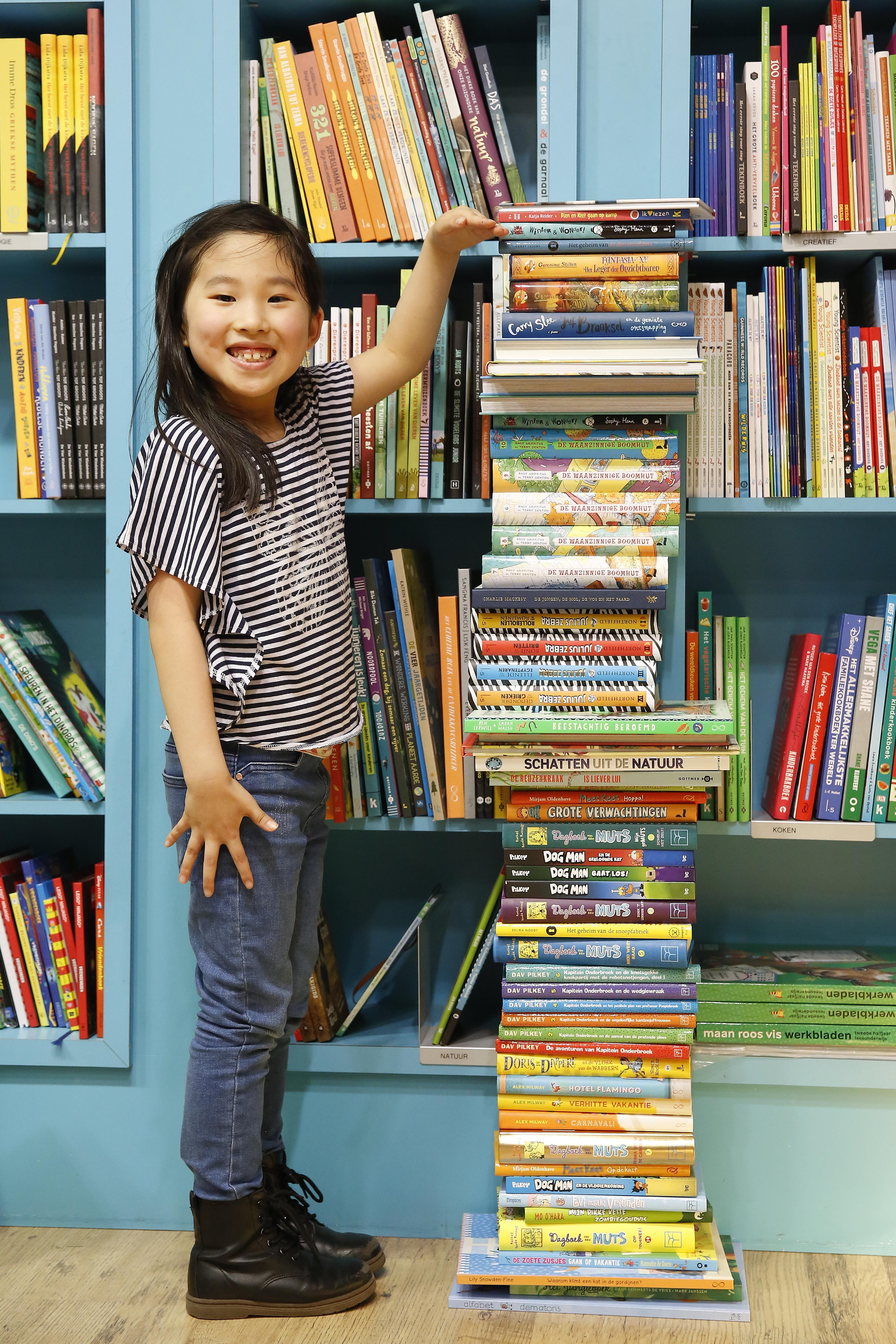 Hilversumse Jisung wint haar lengte in boeken. En dat is 1 meter 20. 'Ik lees bijna elke dag'