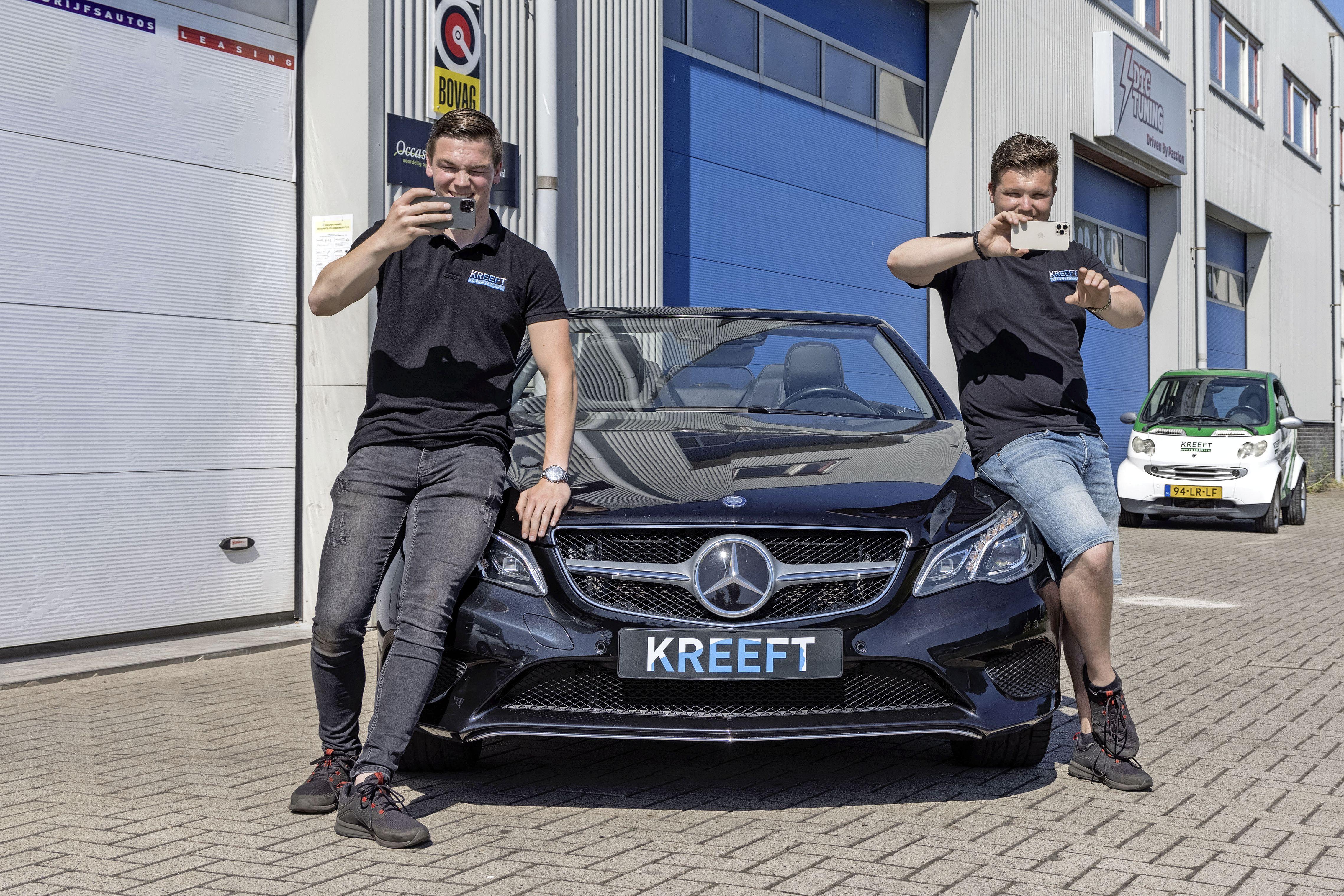 Vloggend auto's verkopen, Enkhuizers Dani en Joey fiksen het en gunnen klant een kijkje achter de schermen [video]
