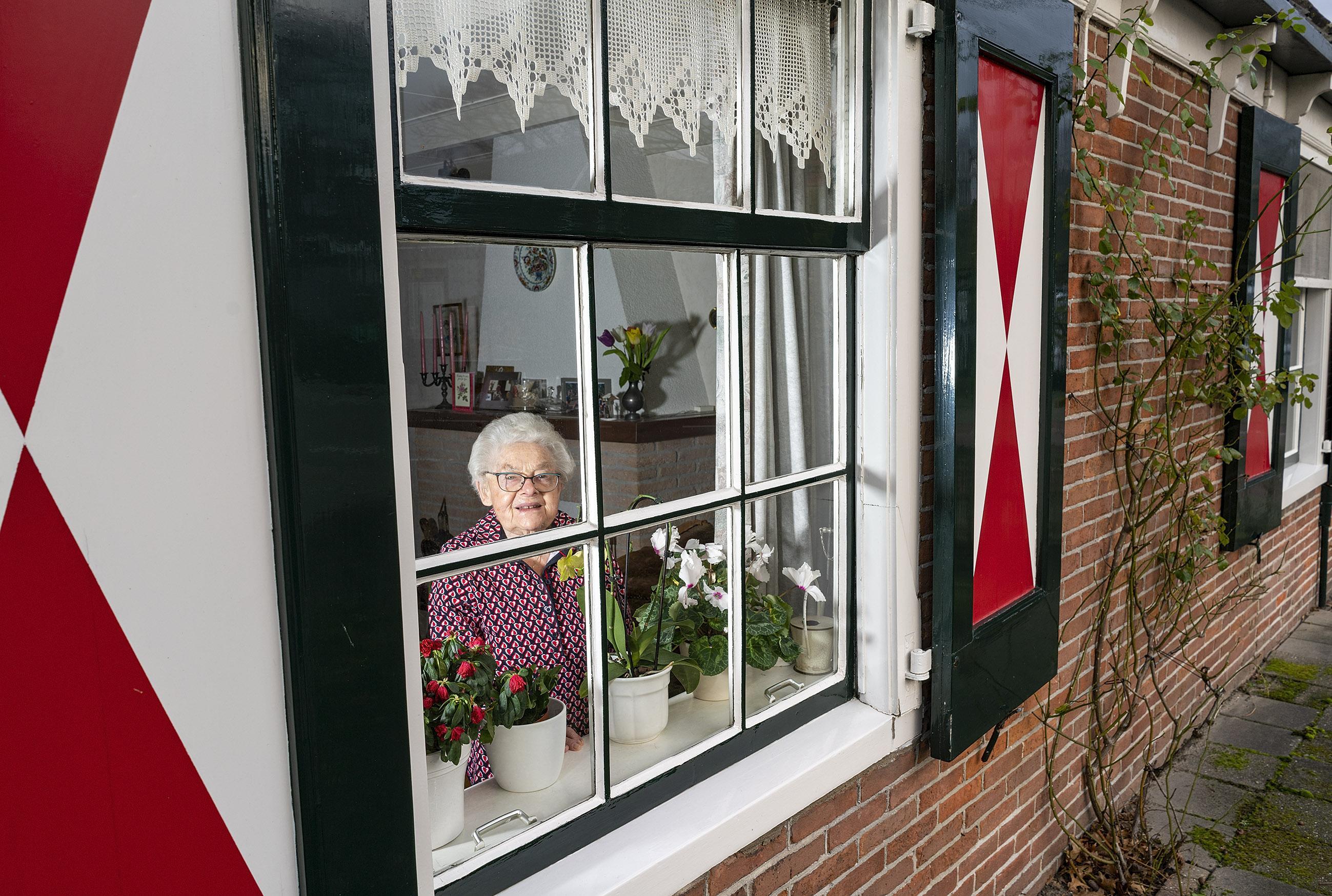 De moeder van Rie Modder overleed bij haar geboorte. Haar vader stond haar af aan zijn broer. Ze is nu bijna 90 en woont al net zo lang in dat kleine huisje. Een man? ''t Was 'm elke keer niet'