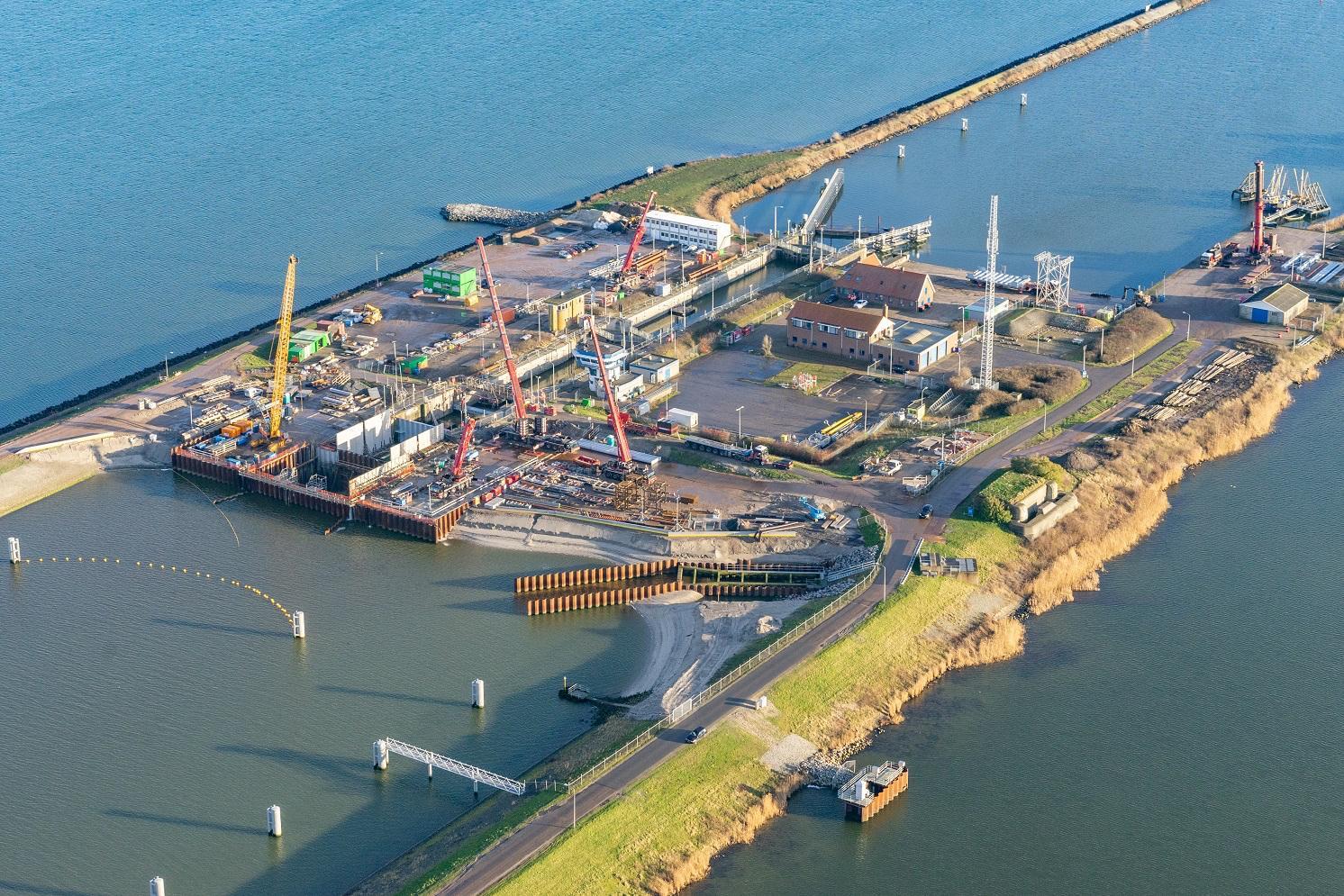 Nog tot eind april omvaren voor aanleg keersluis bij Den Oever. Deuren gaan dicht bij hoog water op de Waddenzee